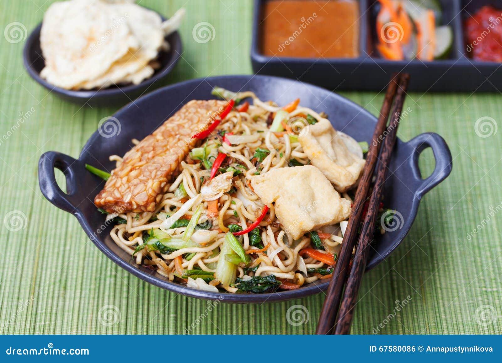 MI-goreng, mee goreng indonesische Küche, würziger Aufruhr briet Nudeln mit und Zusammenstellung von asiatischen Soßen