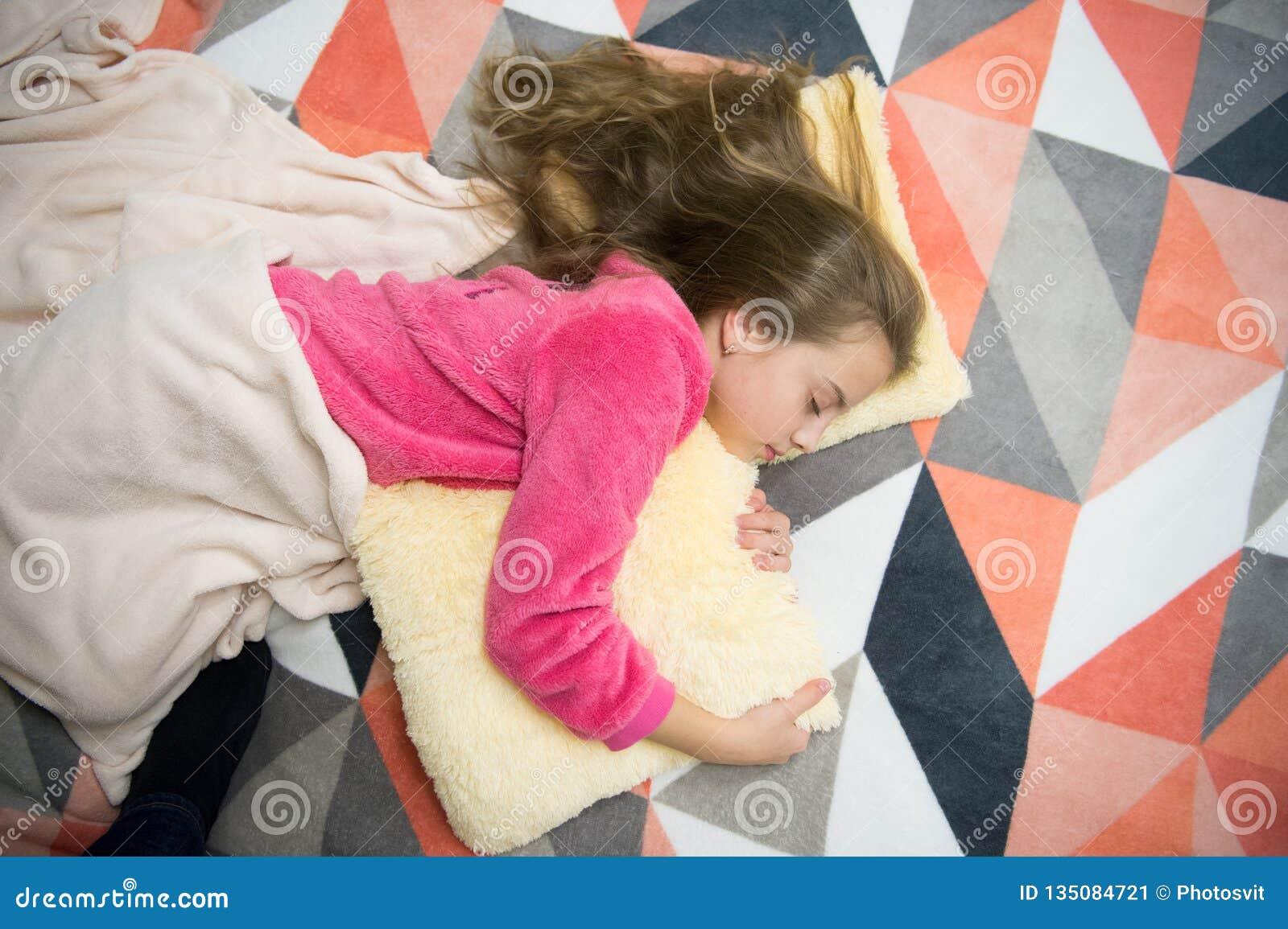 Mi propio dormitorio Partido de pijama Buenas noches Buenos días El día de los niños internacionales Pequeño niño de la muchacha