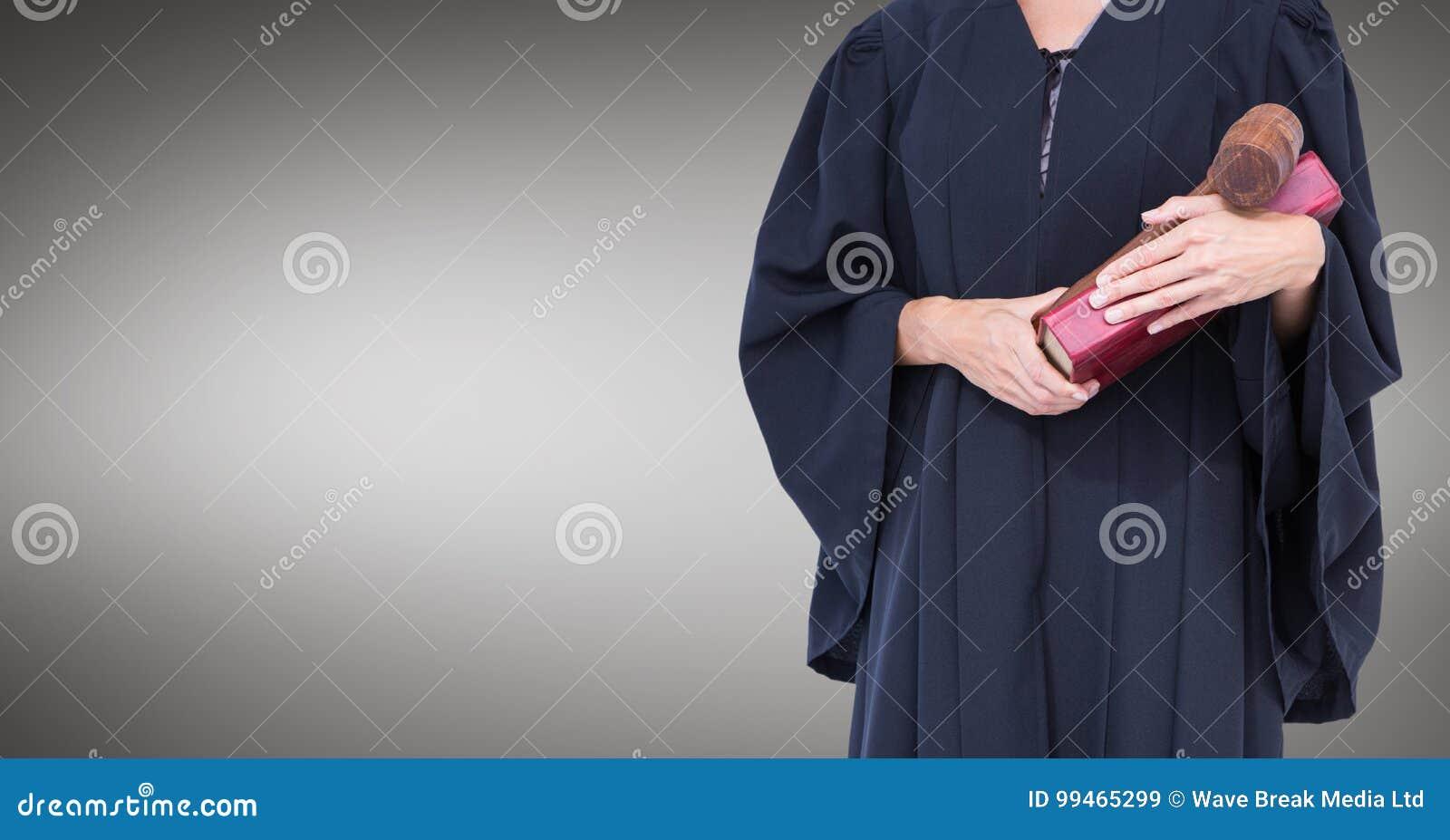 Mi section de juge féminin avec le livre et le marteau sur le fond gris