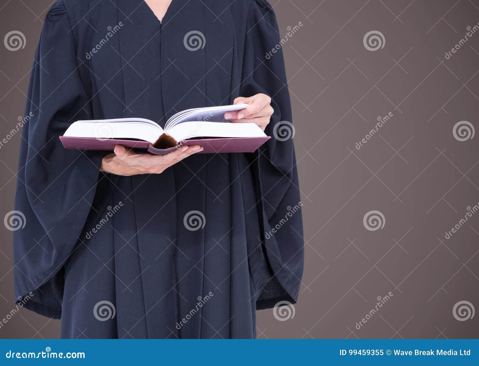 Mi section de juge féminin avec le livre ouvert sur le fond brun
