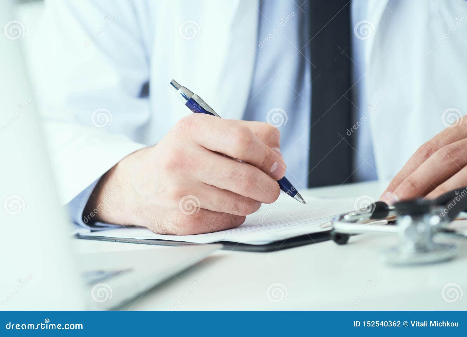 Mi section de la prescription masculine d écriture de docteur au patient à la table de travail Panacée et économies de la vie, tr