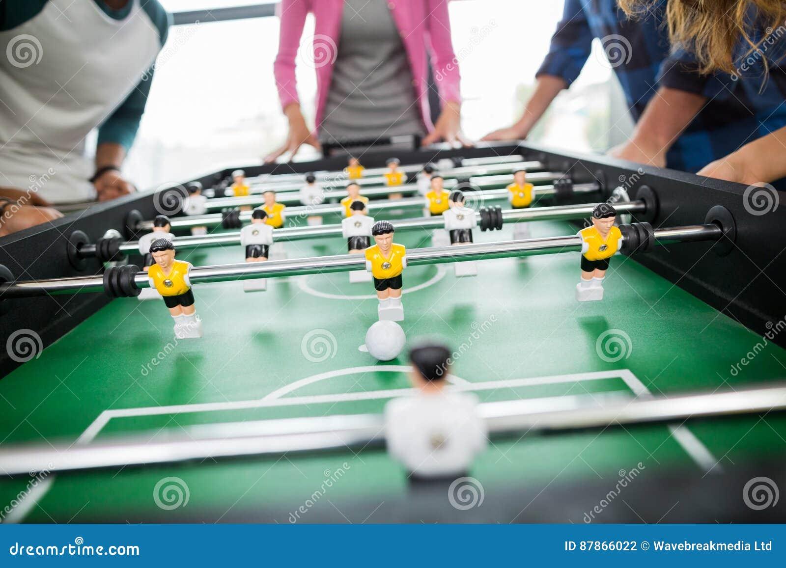 Mi section des cadres jouant le football de table