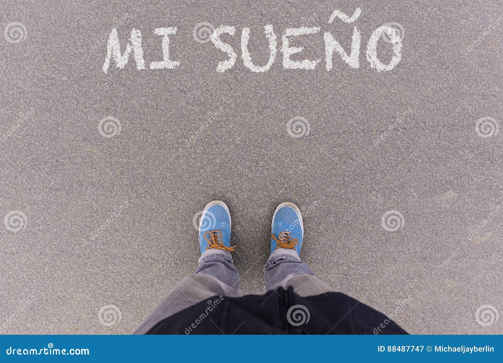 Mi sueno, ισπανικό κείμενο για το κείμενο ονείρου μου στο έδαφος ασφάλτου, πόδια