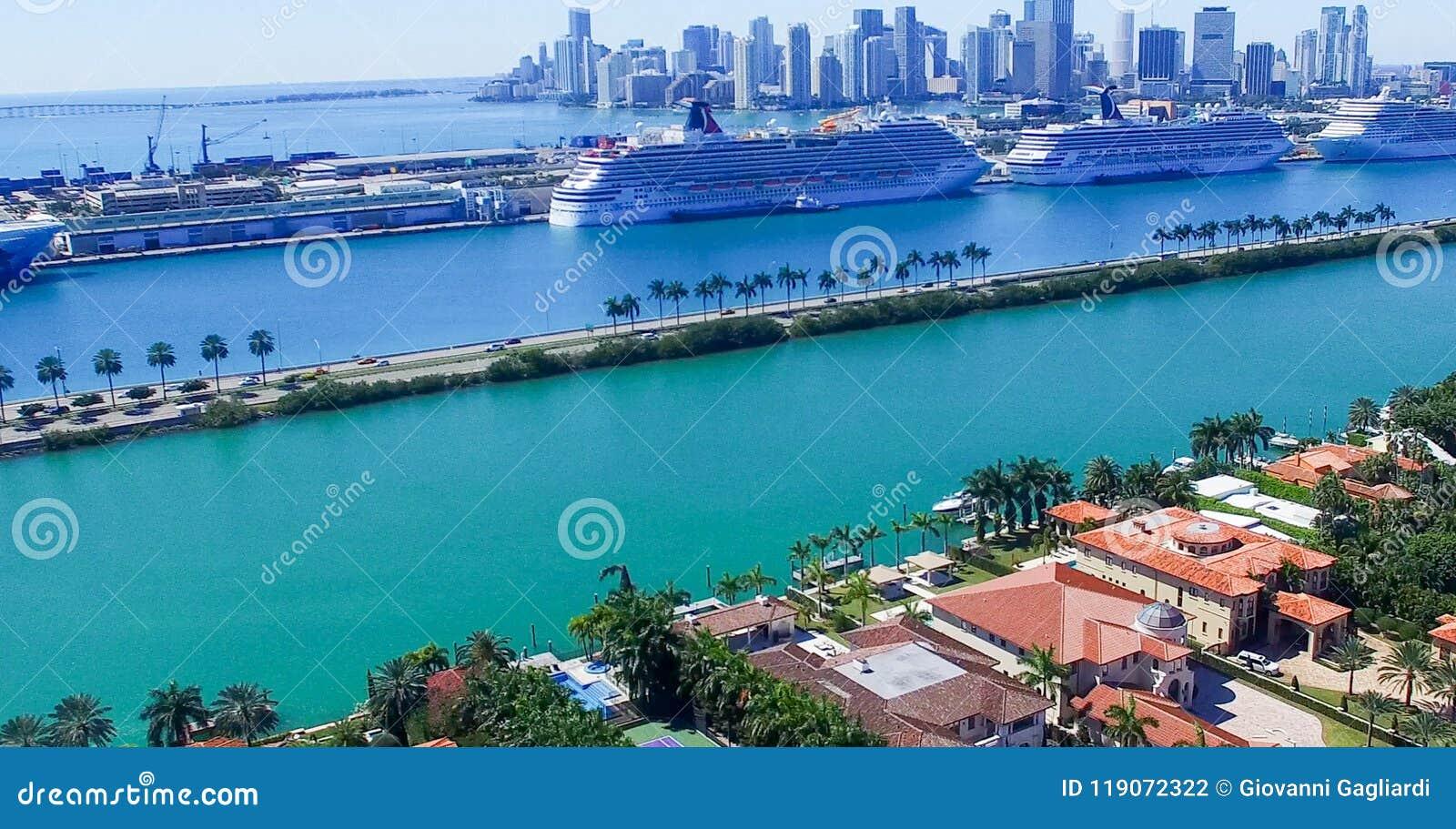 MIAMI - 27 DE FEVEREIRO DE 2016: Navios de cruzeiros no porto de Miami A cidade