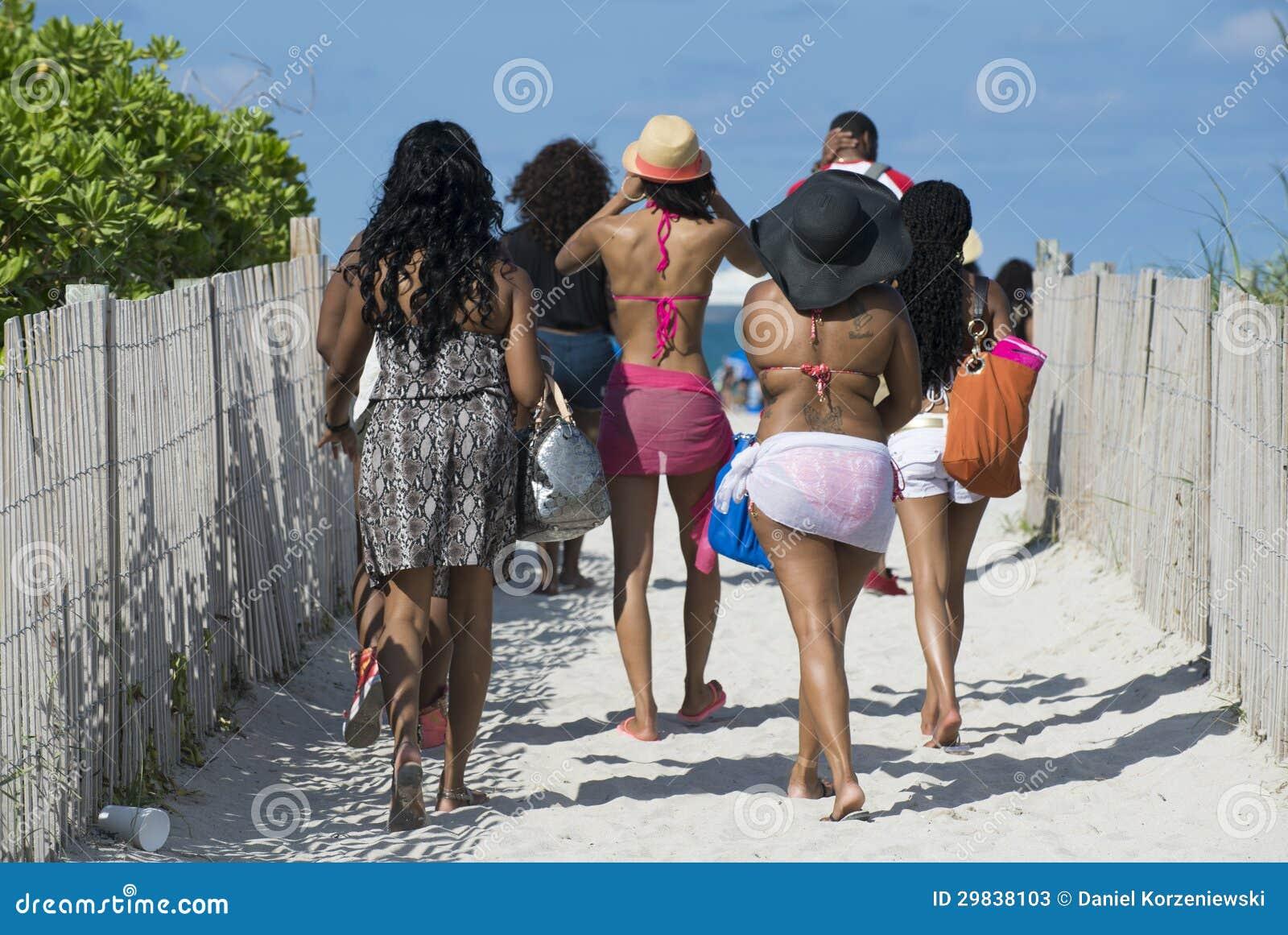 Povos que andam à praia em Miami