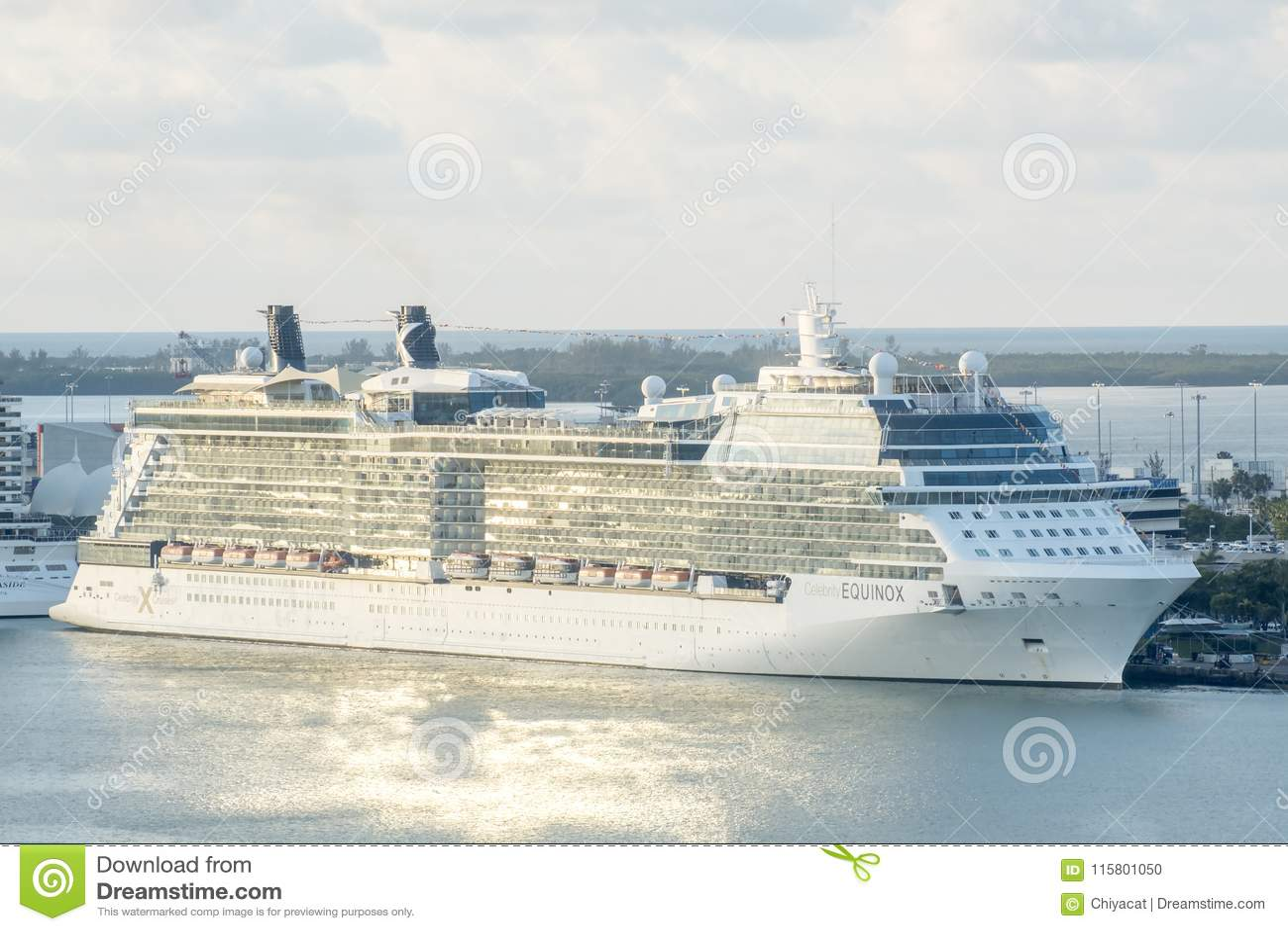 Miami, Estados Unidos - 7 de abril de 2018: El barco de cruceros del equinoccio de la celebridad atracó en terminal del barco de