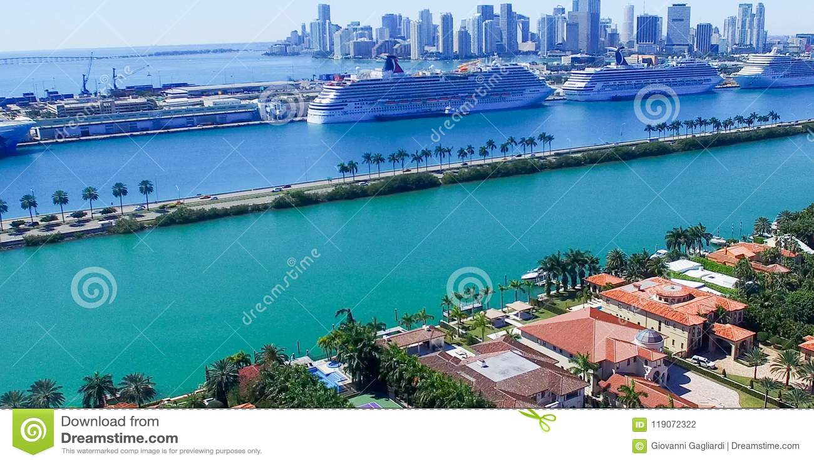 MIAMI - 27 FÉVRIER 2016 : Bateaux de croisière dans le port de Miami La ville