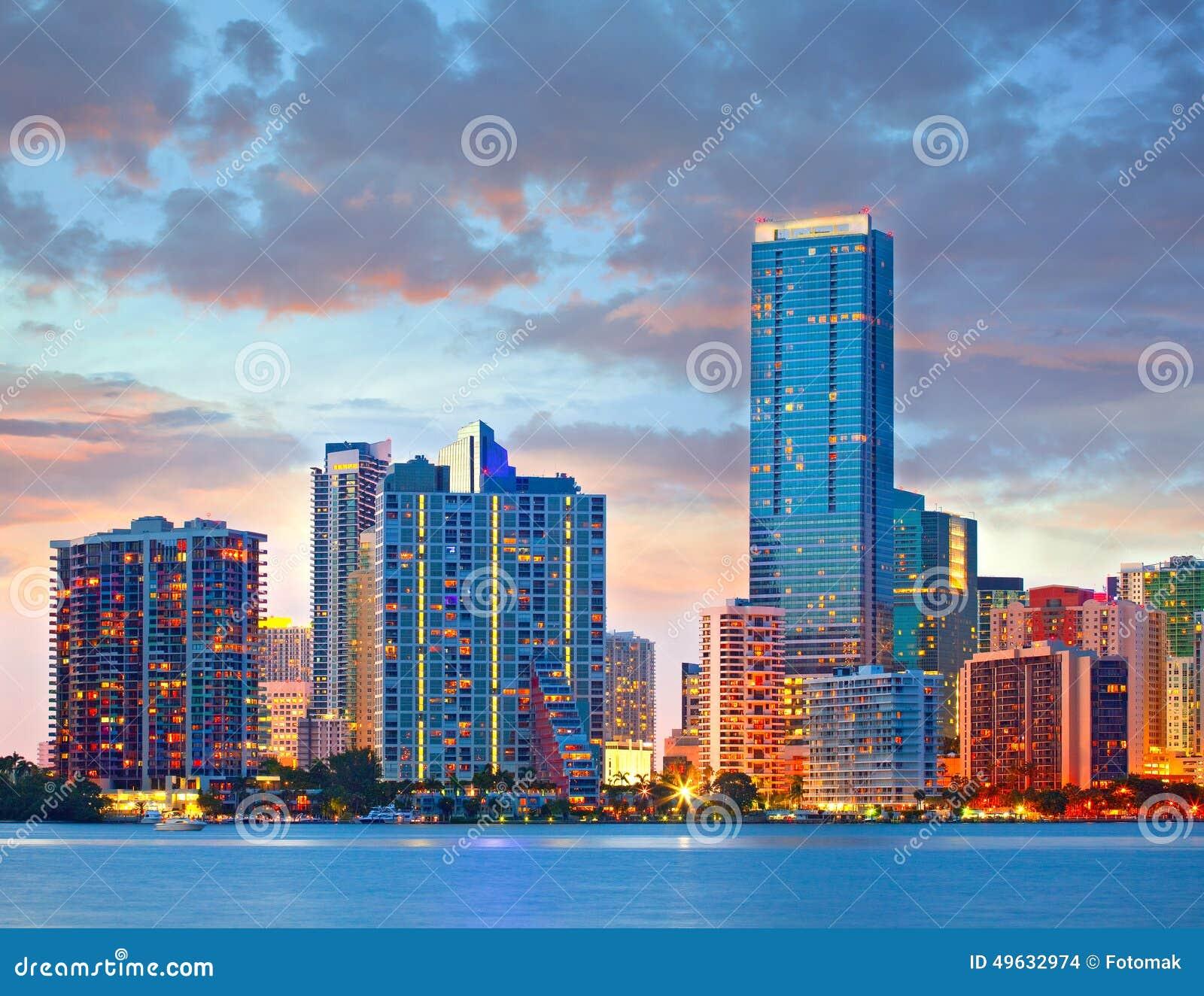 Miami la Florida los E.E.U.U., puesta del sol o salida del sol sobre el horizonte de la ciudad