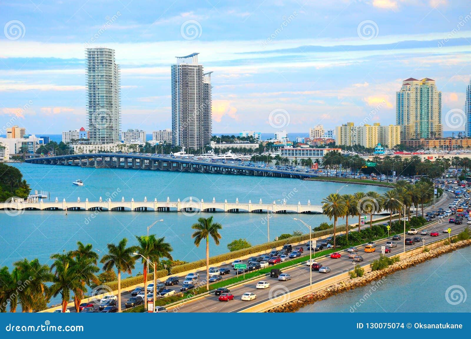 Miami-Panorama mit Autoverkehr