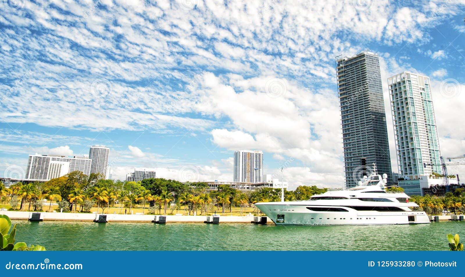 Miami, yacht di lusso in bacino