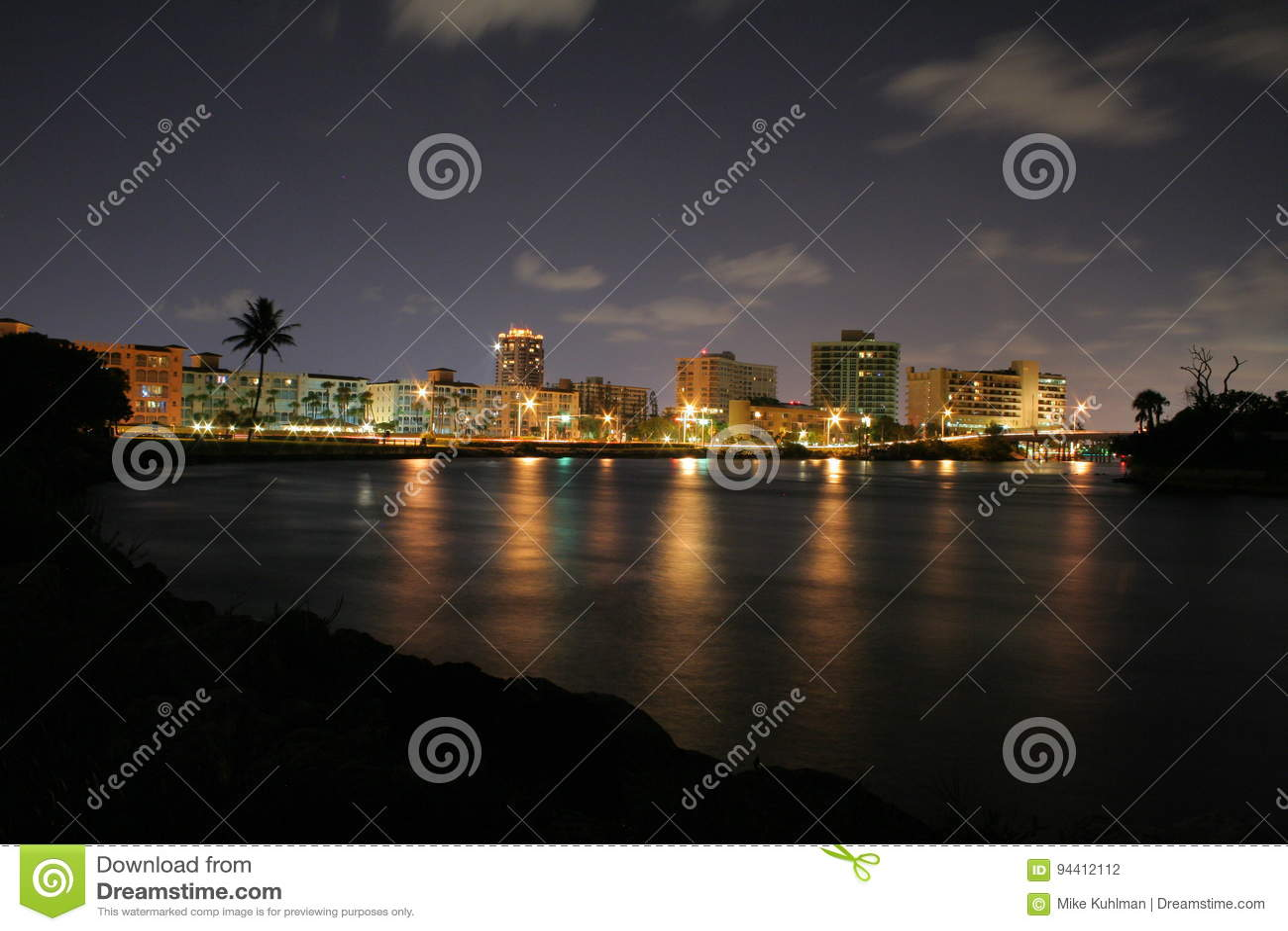 Miast światła od Boca wpusta przy nocą