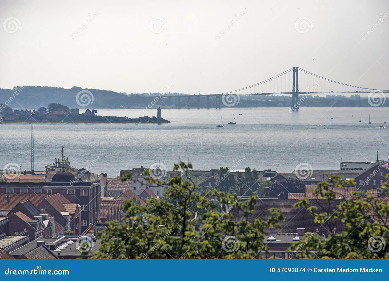 Miasteczko, latarnia morska i most,