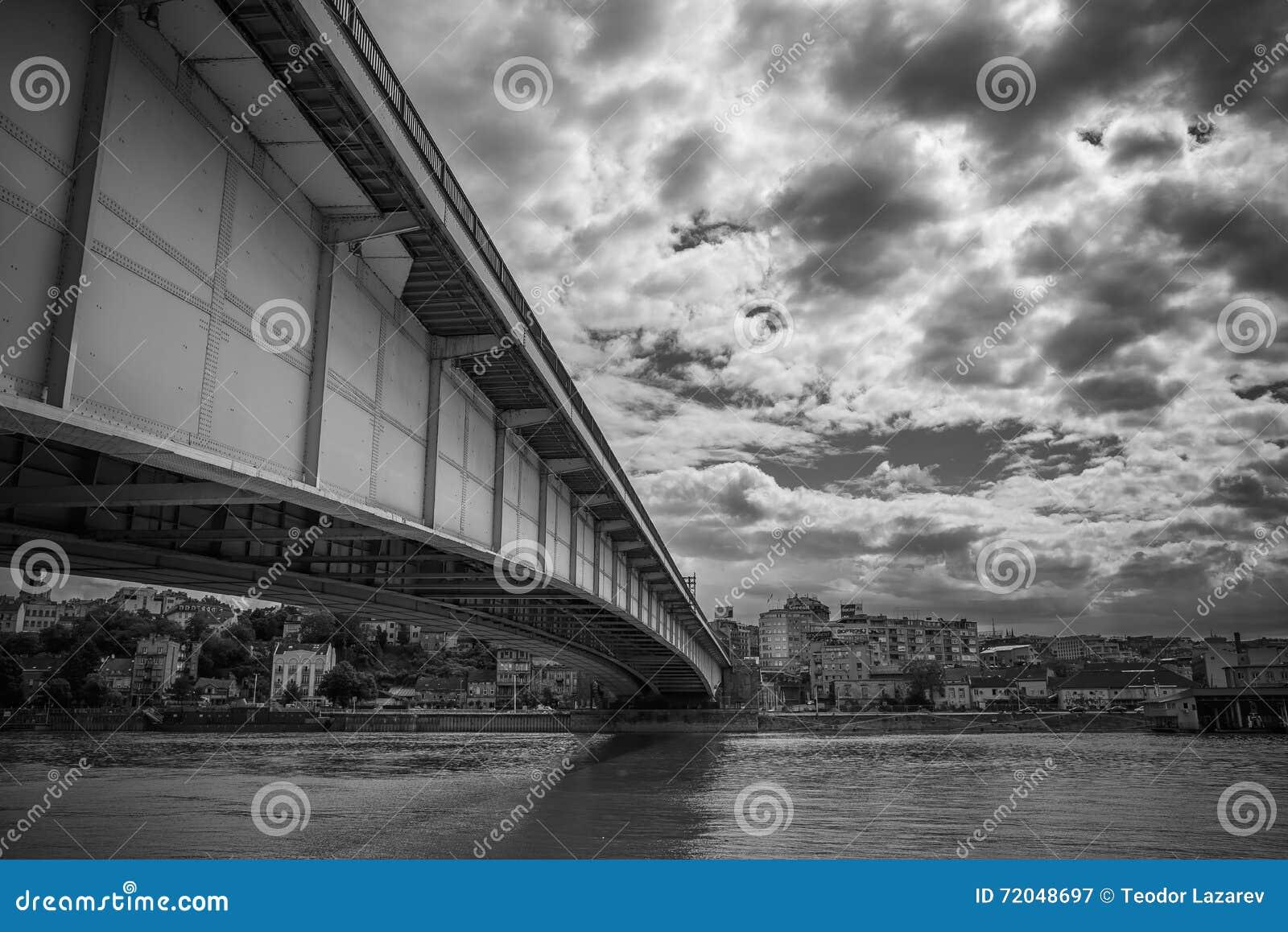Miasto bridżowy łączący dwa brzeg na jaskrawym dniu
