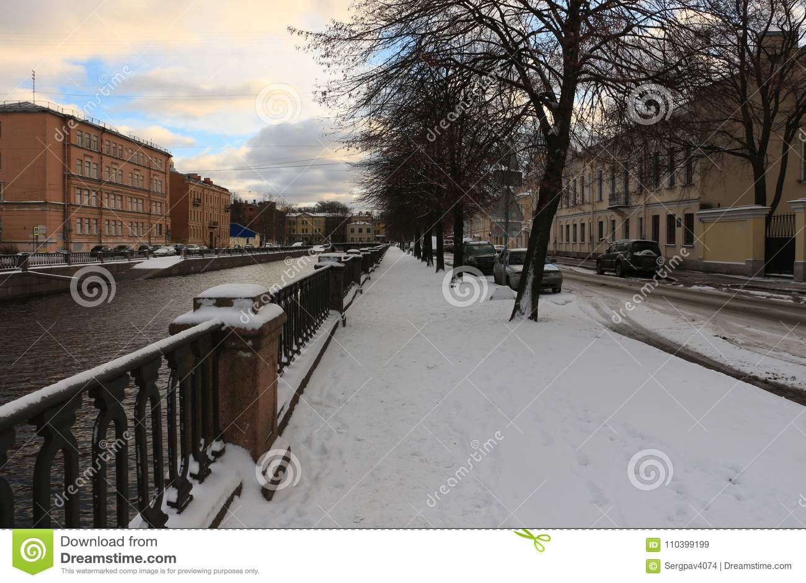 Miasto bulwar na zima dniu