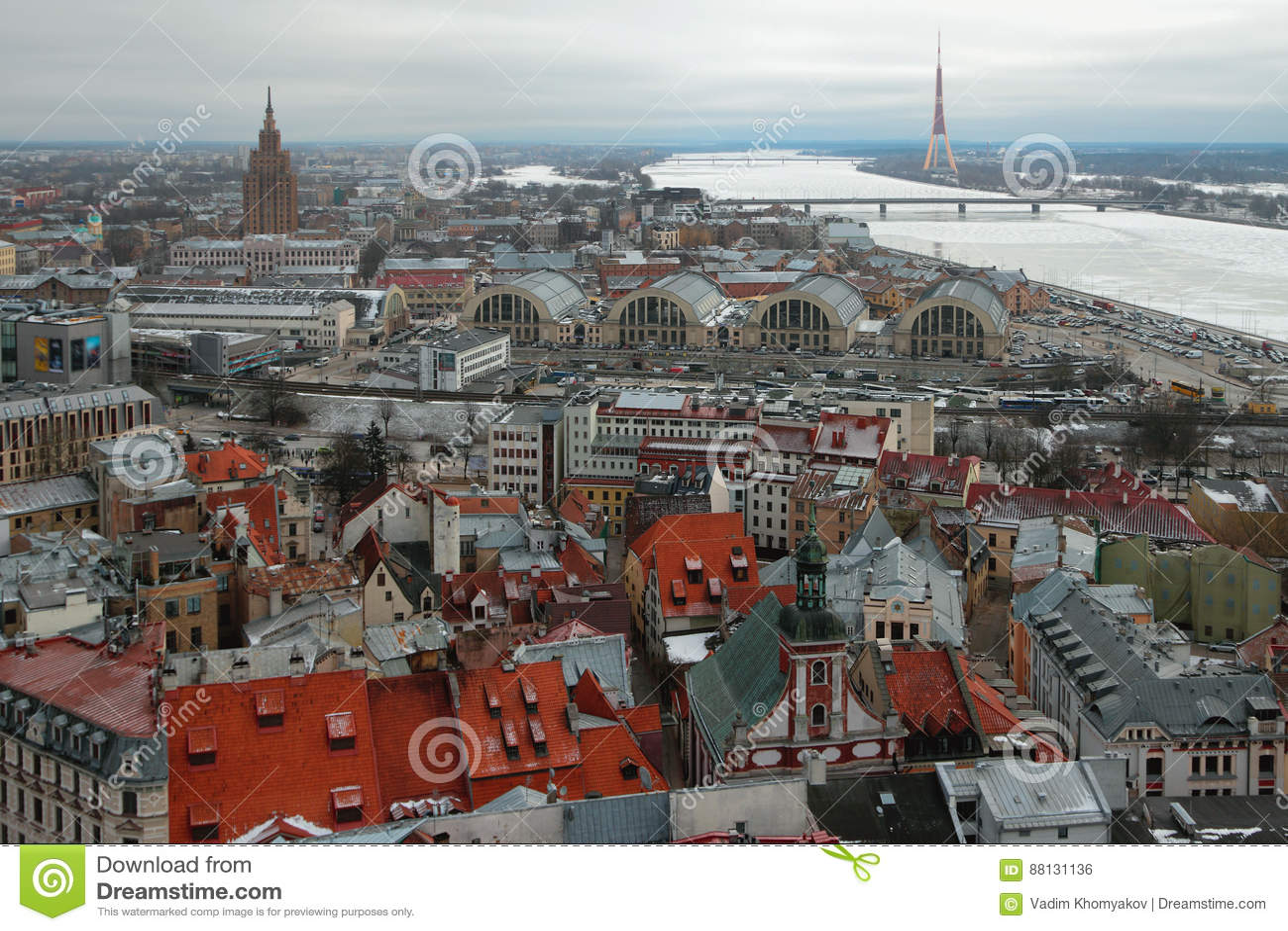 Miasto i rzeka, odgórny widok łotwa Riga