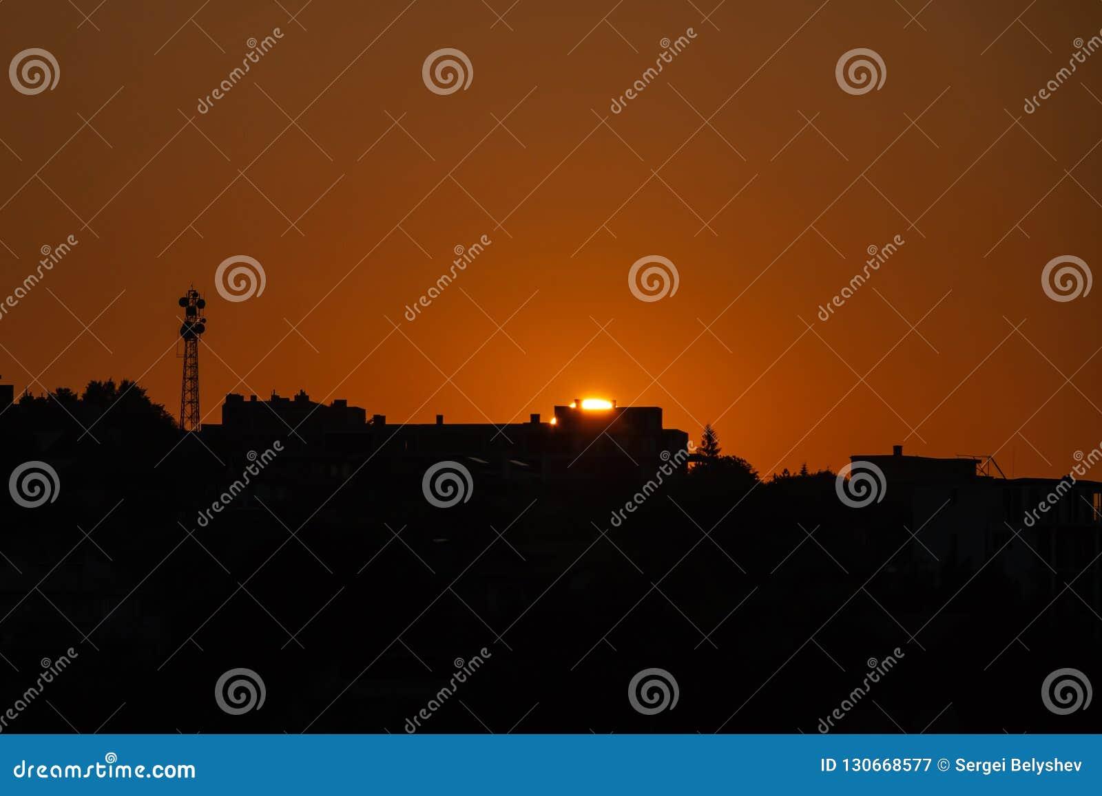 Miasto nad świtem Sylwetka miasto