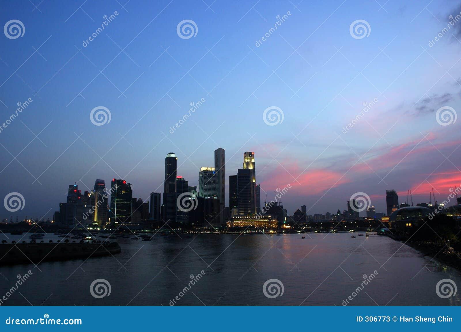 Miasto nad linia horyzontu słońca