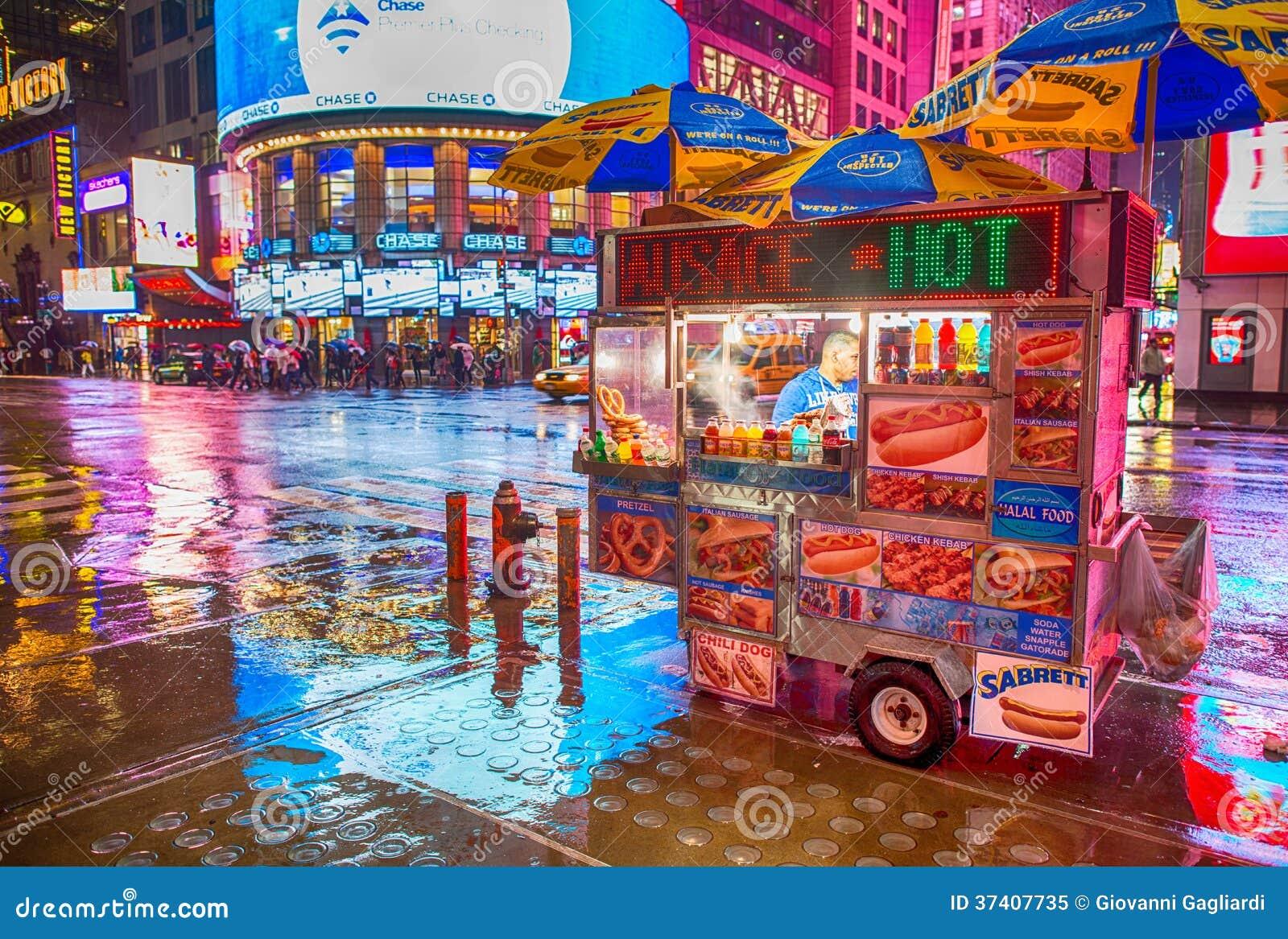 MIASTO NOWY JORK, MAJ - 21: Hot dog stojaka sprzedawcy pobyty otwierają póżno i