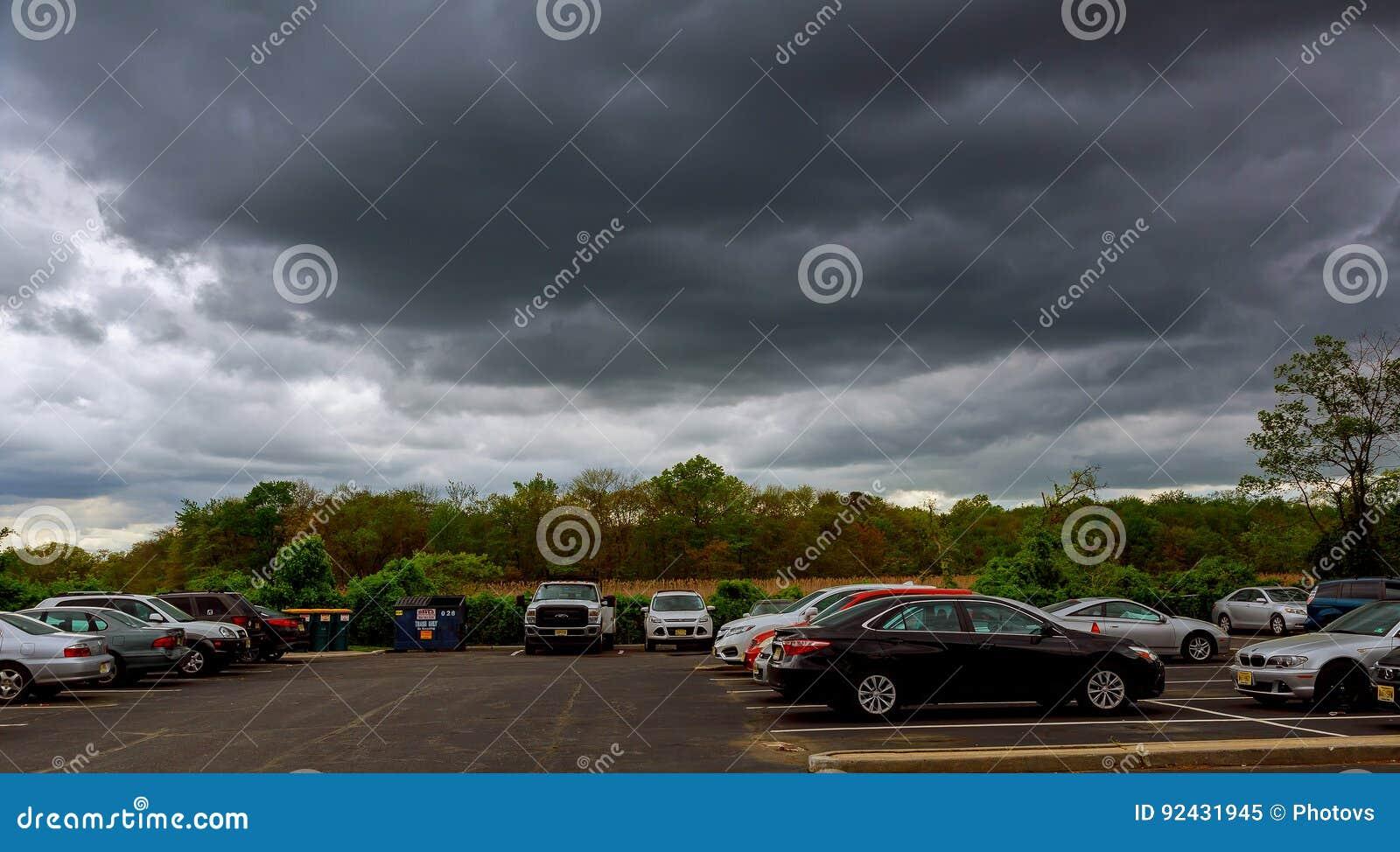 MIASTO NOWY JORK, usa - 04, 2017 nieb z thunderclouds, podeszczowe chmury