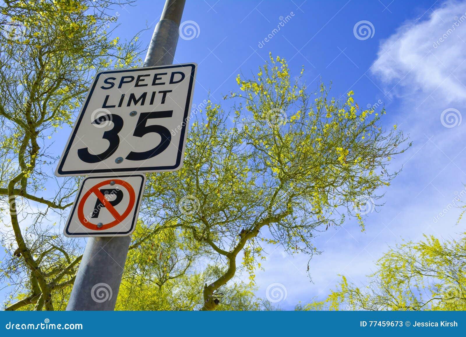Miasto prędkości uliczny ograniczenie i Żadny parking znaki