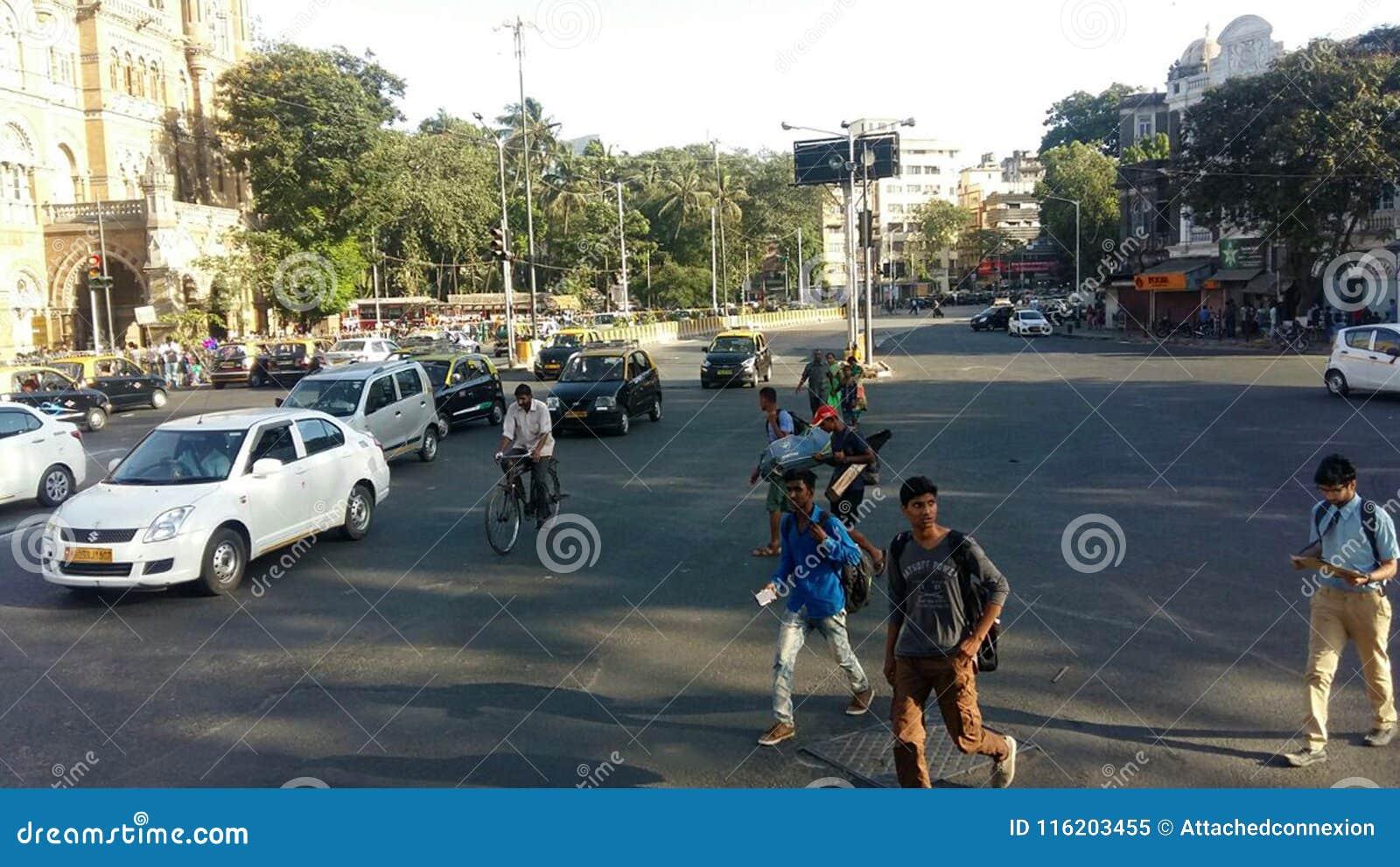 Miasto ruchu drogowego drogowego Mumbai zwyczajny skrzyżowanie, India