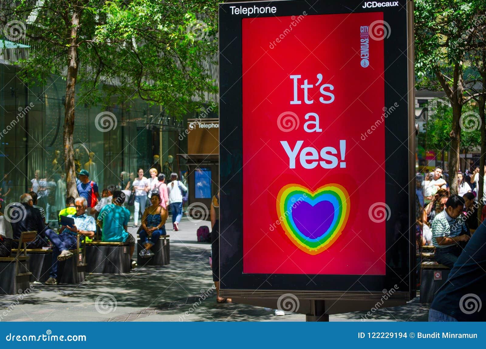 Miasto Sydney rada podporowy małżeństwo pary tej samej płci z kierową tęczą na parawanowym monitorze mówi ` Ja ` s tak! ` sztanda