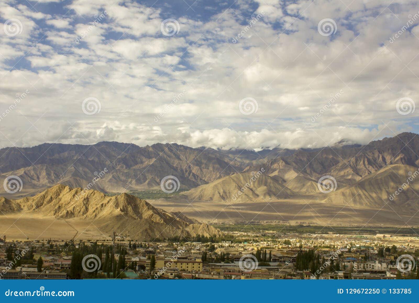 Miasto w górzystej Himalajskiej dolinie w popołudniu