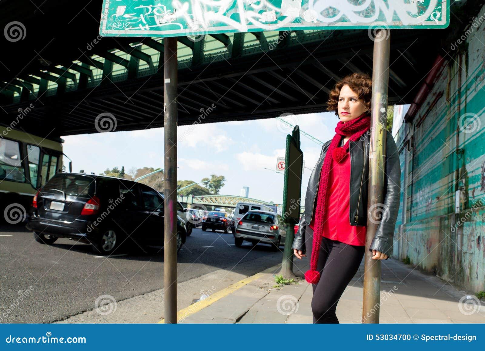Miastowa scena z zmysłową kobietą