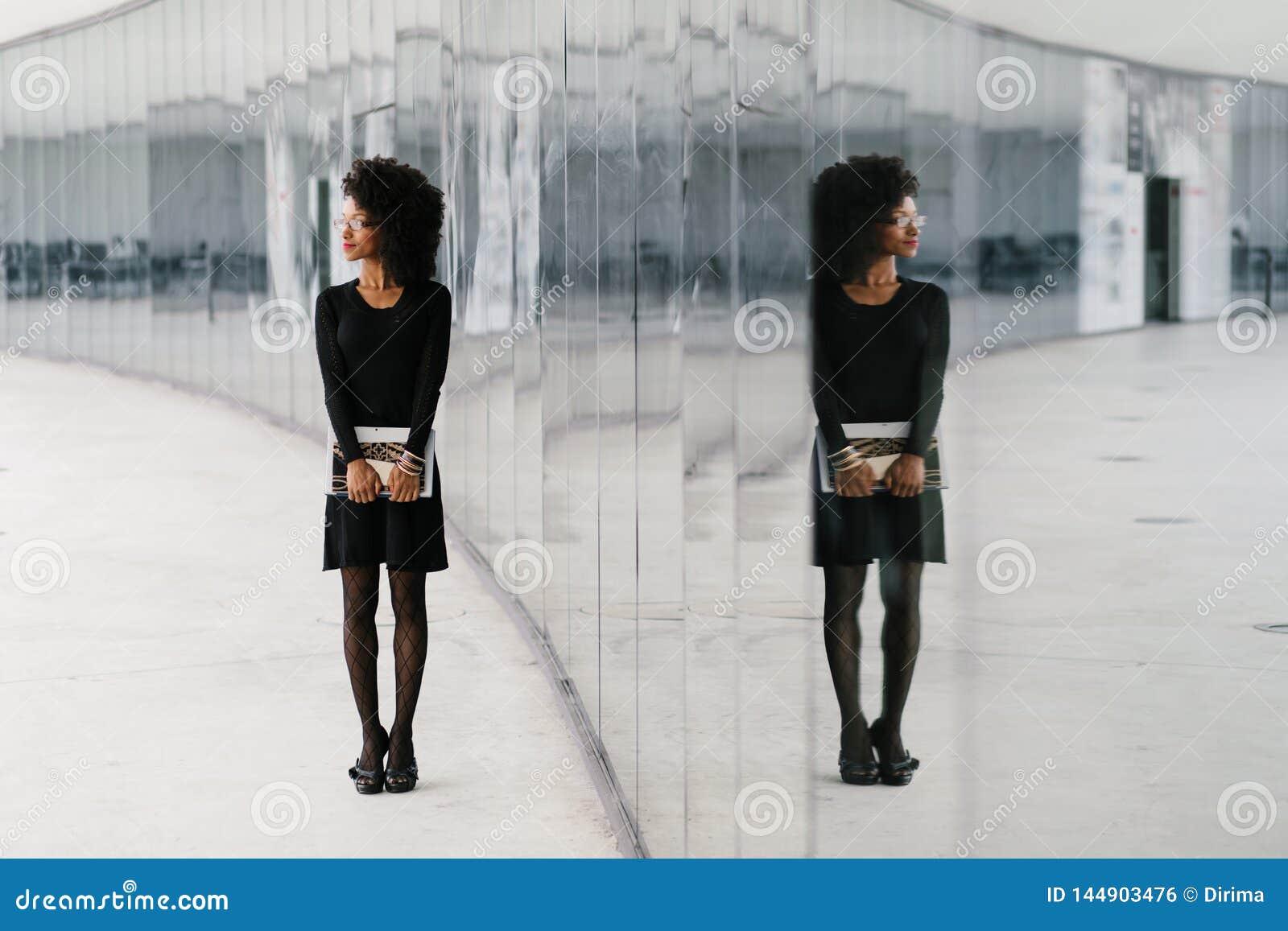 Miastowy afro fryzura bizneswoman outside