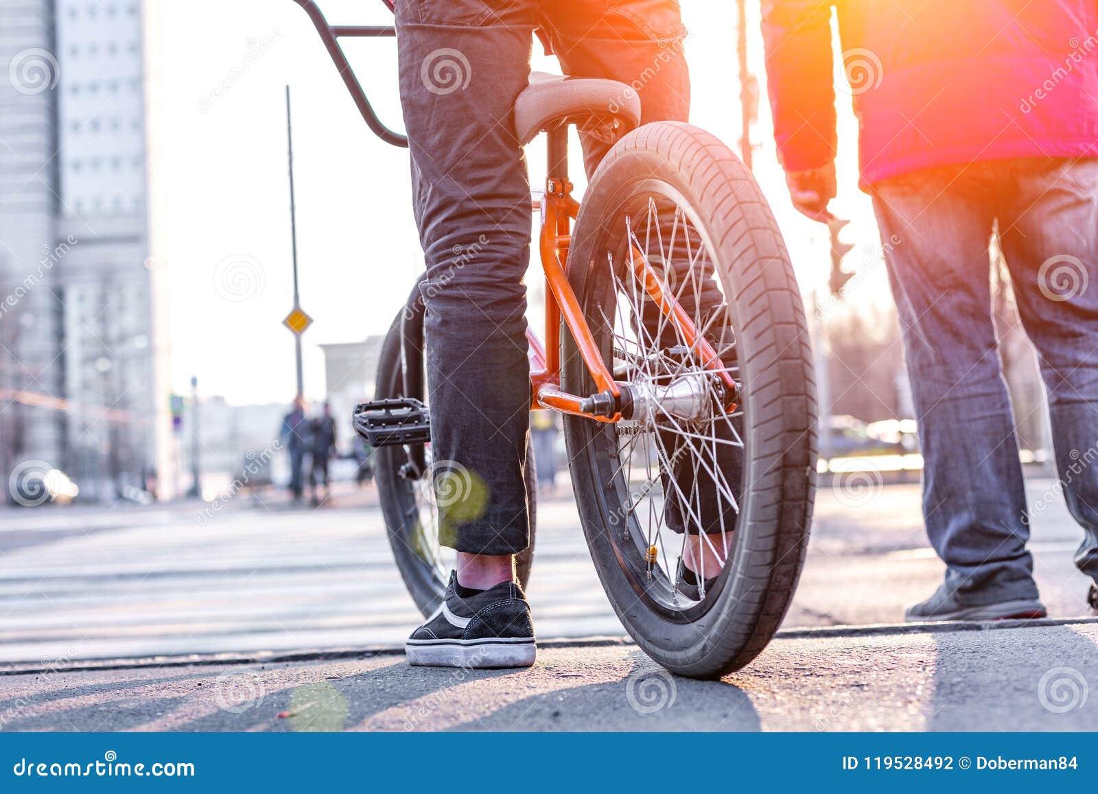 Miastowy jechać na rowerze - nastoletni chłopak jazdy rower w mieście