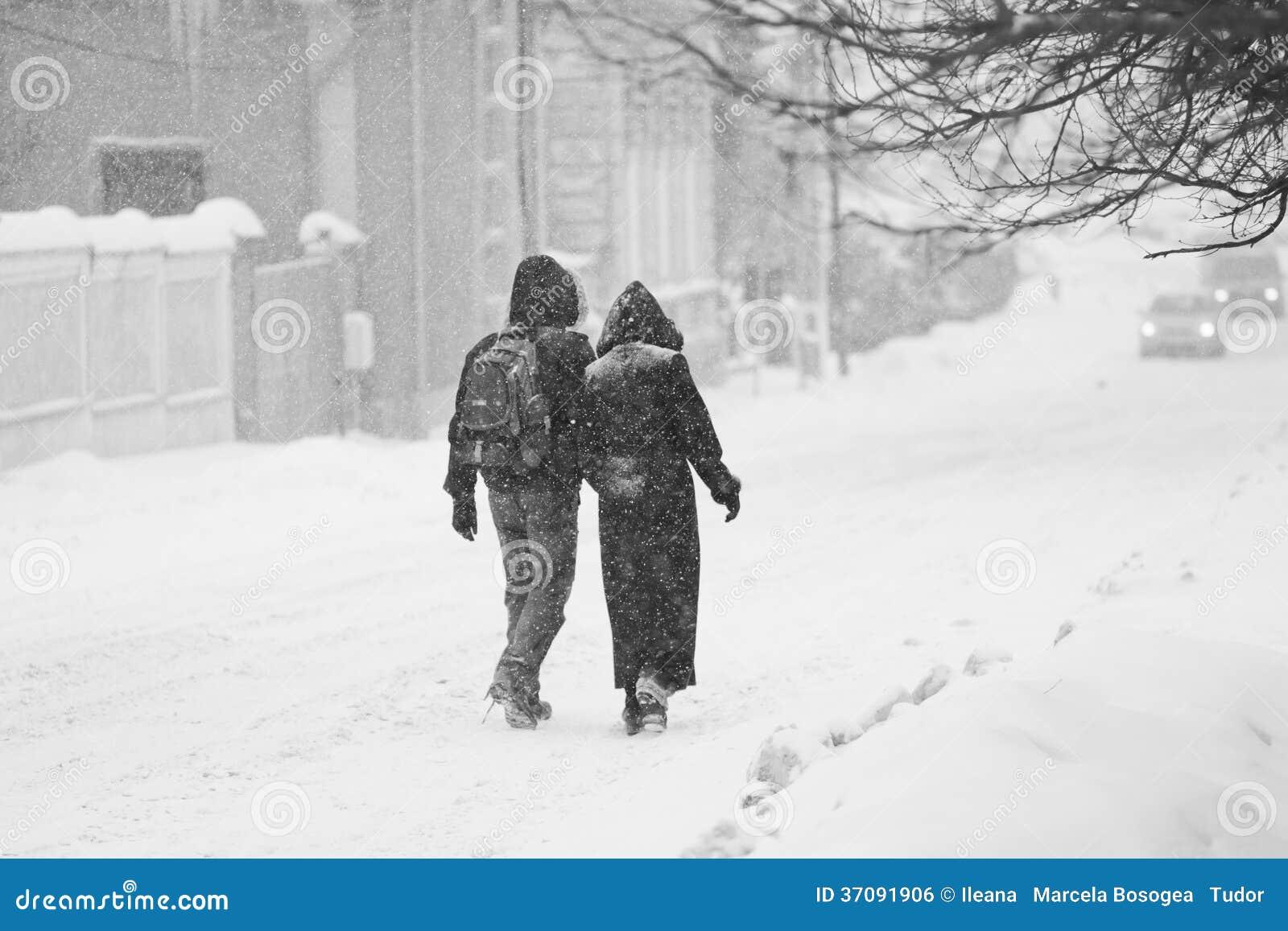 Download Miastowy Krajobraz Z Pary Odprowadzeniem W śniegu Zdjęcie Stock - Obraz złożonej z dzień, sezon: 37091906