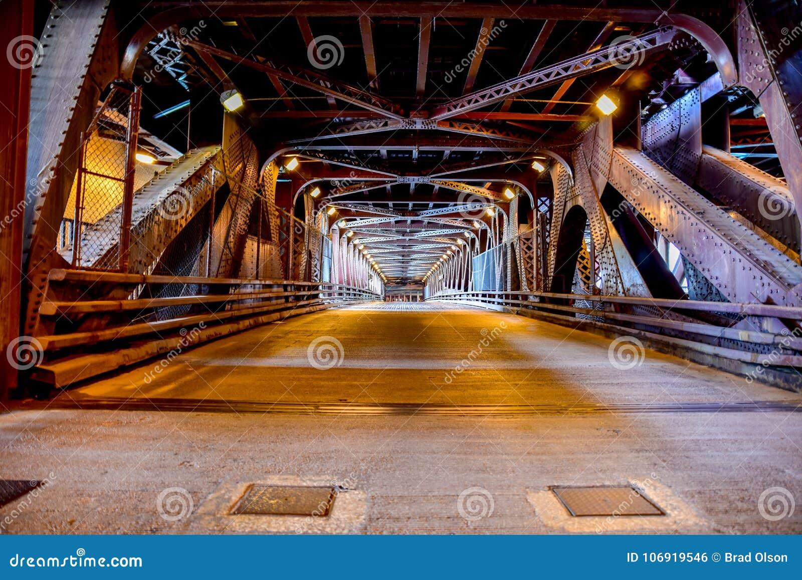 Miastowy miasta żelaza most w ogromnym mieście