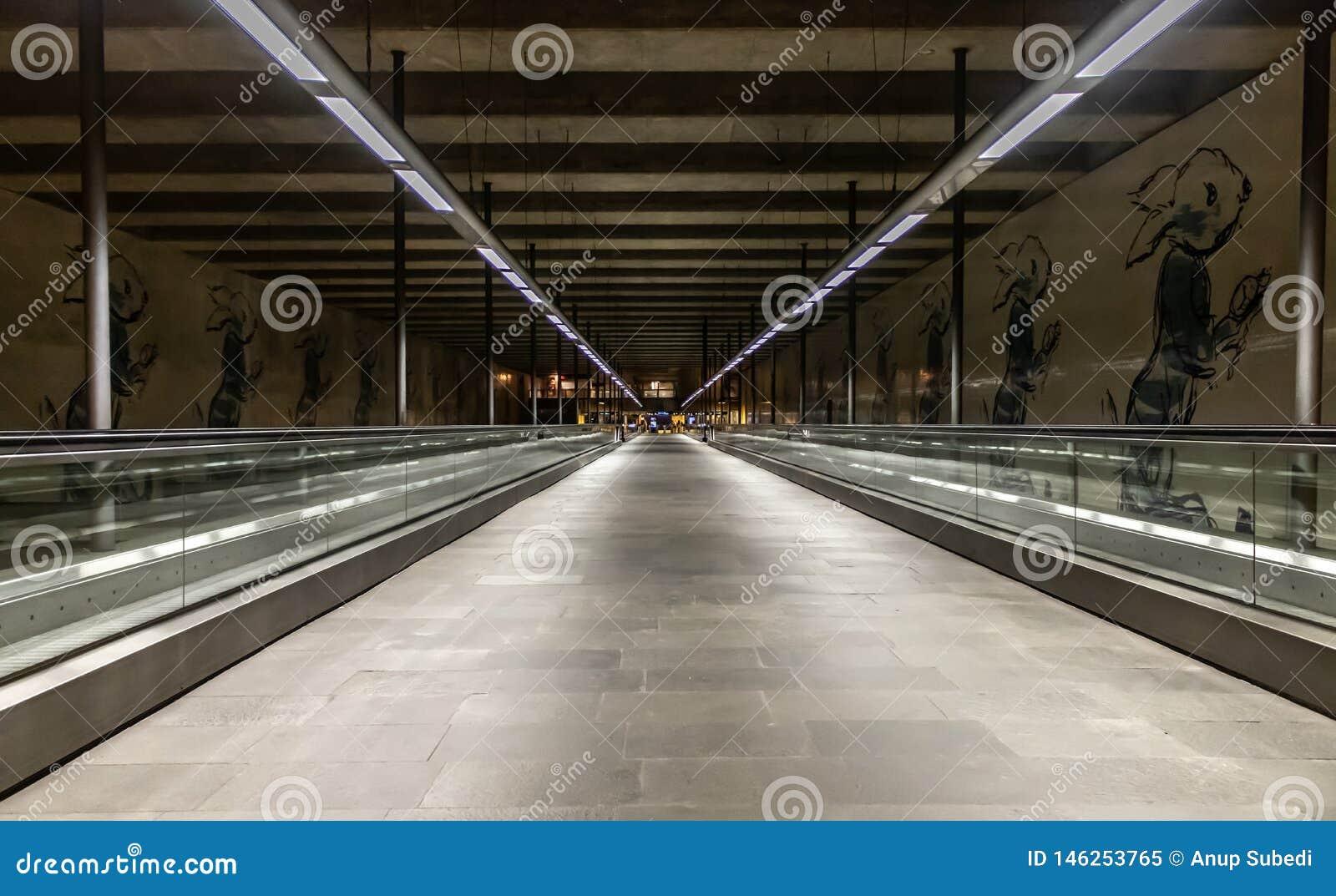Miastowy widok Cais De Sodre stacja metra w Lisbon Portugal