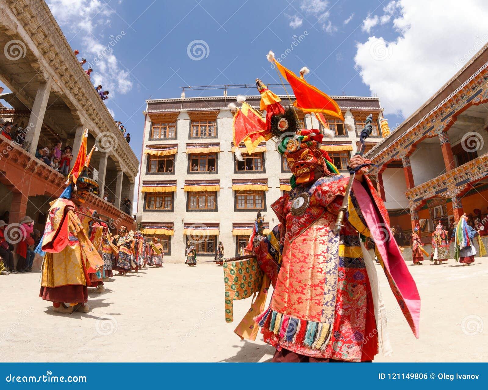 Michaelici wykonują religijnego zamaskowanego i costumed tajemnica tana Tybetański buddyzm przy tradycyjnym Cham tana festiwalem