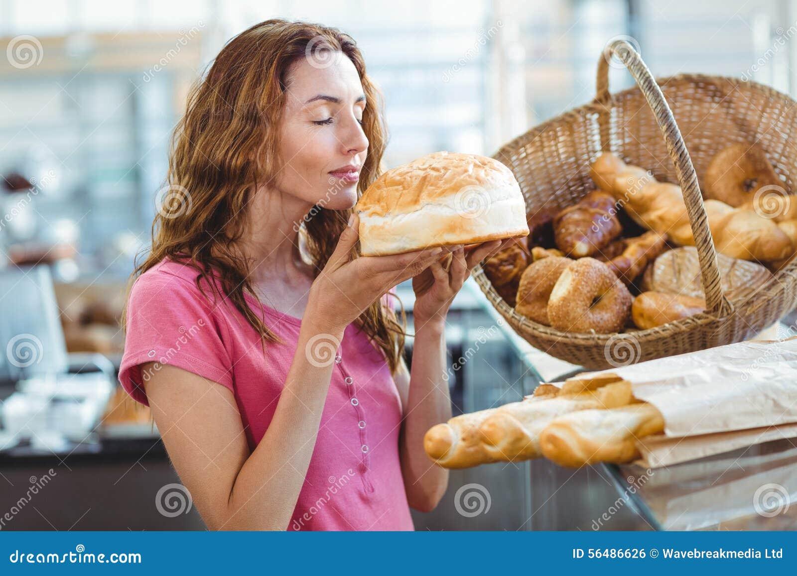 Miche de pain sentante de jolie brune