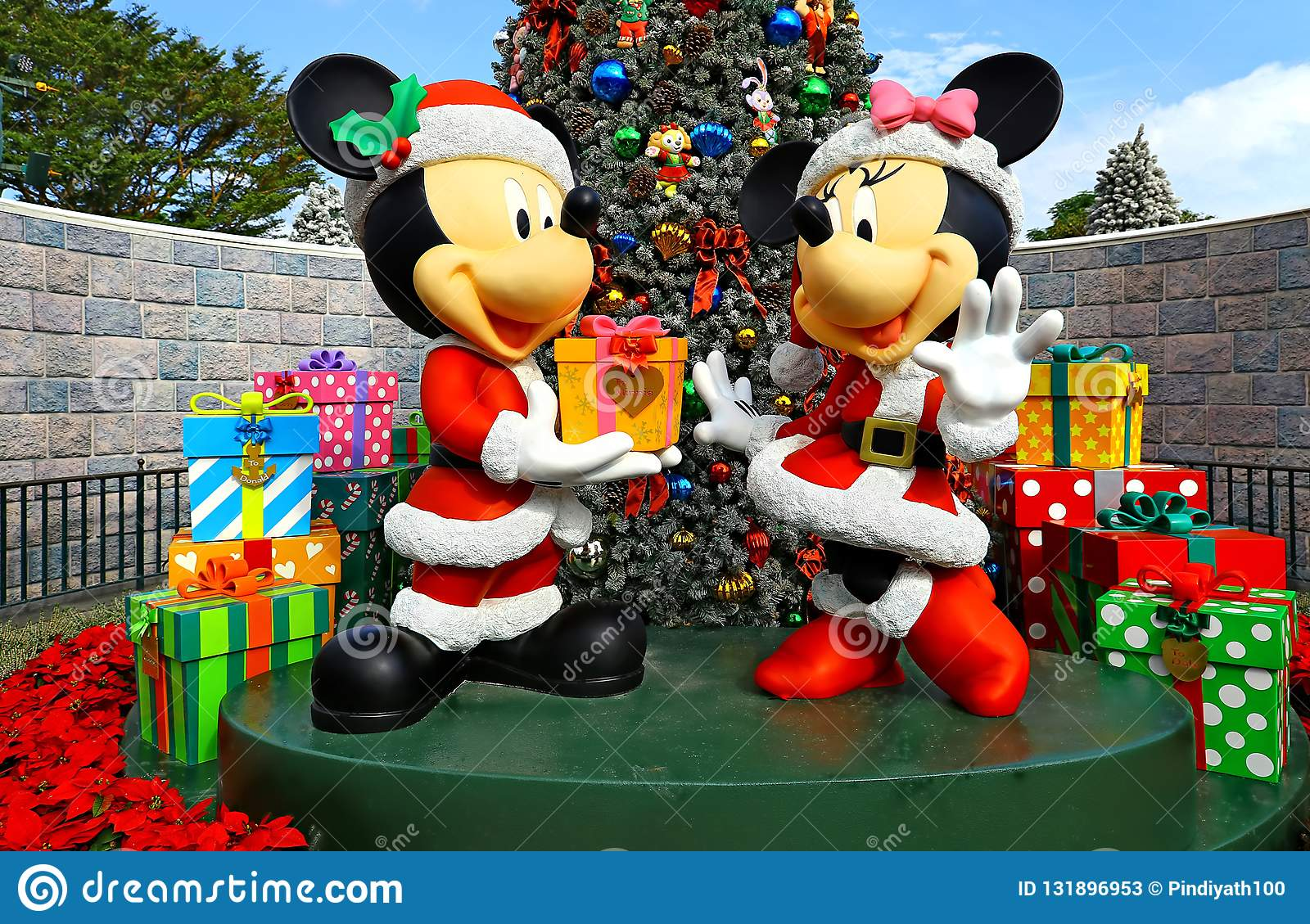 Christmas Minnie Mouse Disneyland.Mickey And Minnie Mouse Christmas Decor At Disneyland Hong