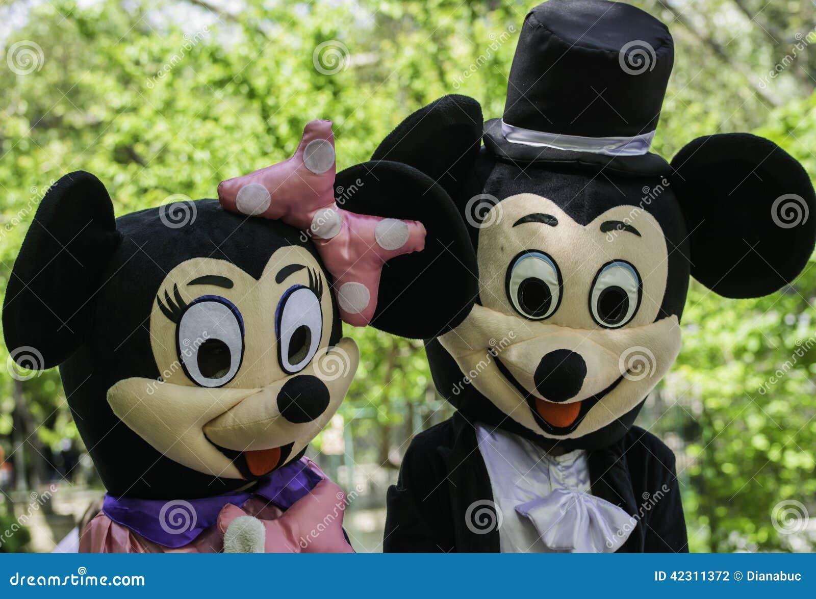 Micky走在公园的&Minni老鼠