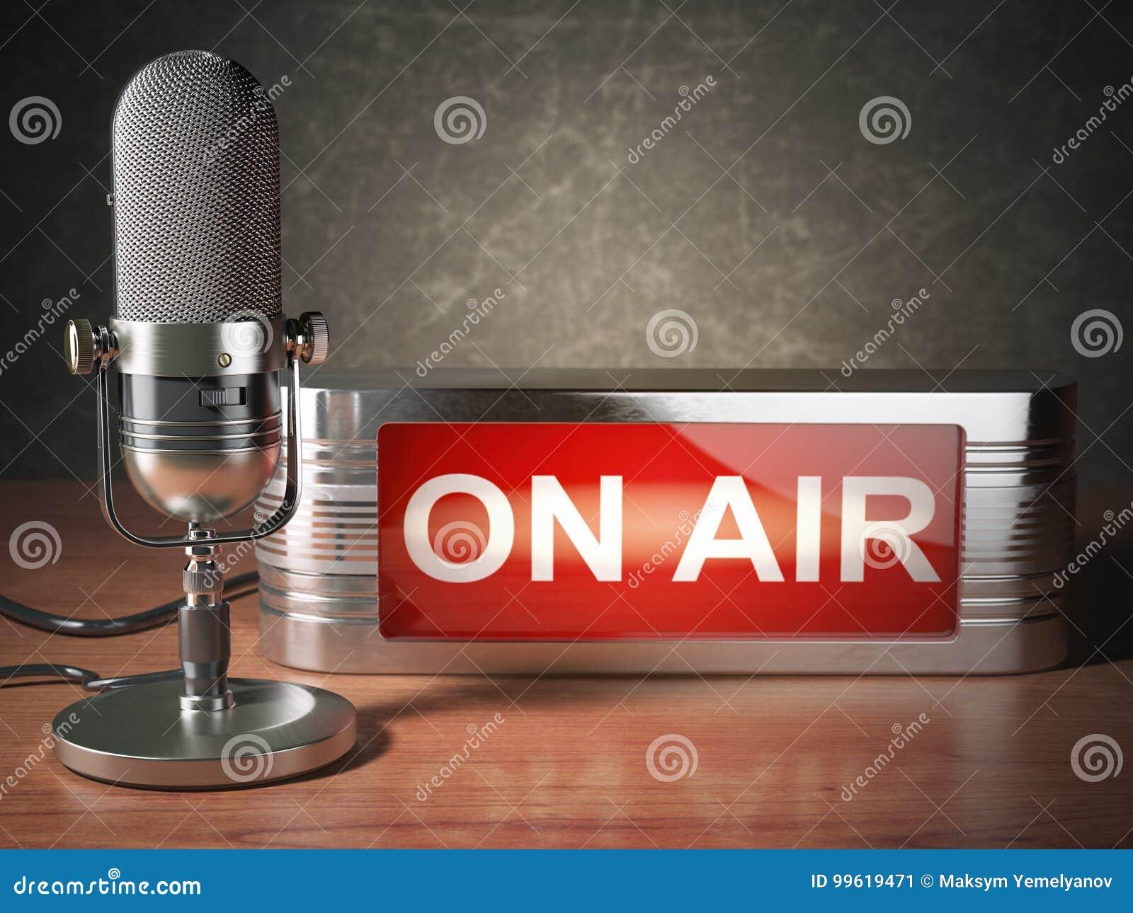 Micrófono del vintage con el letrero en el aire Concepto de la estación de radio de difusión