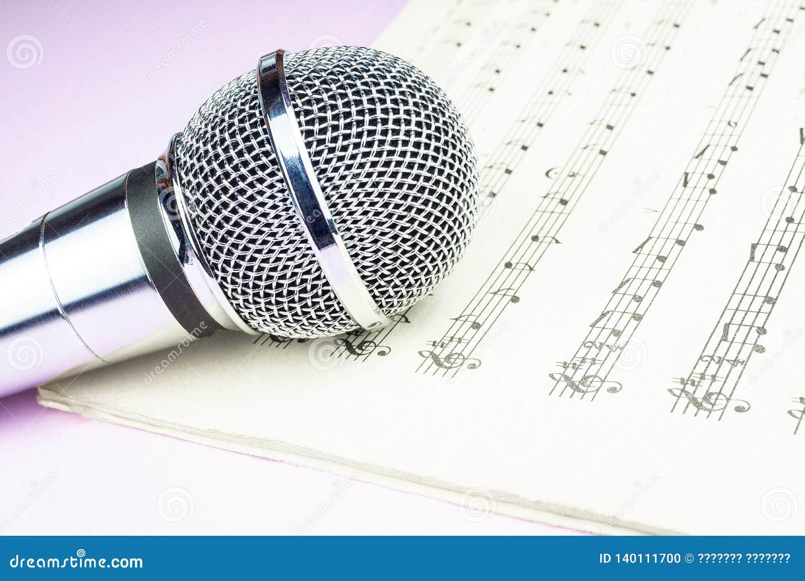 Micrófono dinámico en la hoja de música