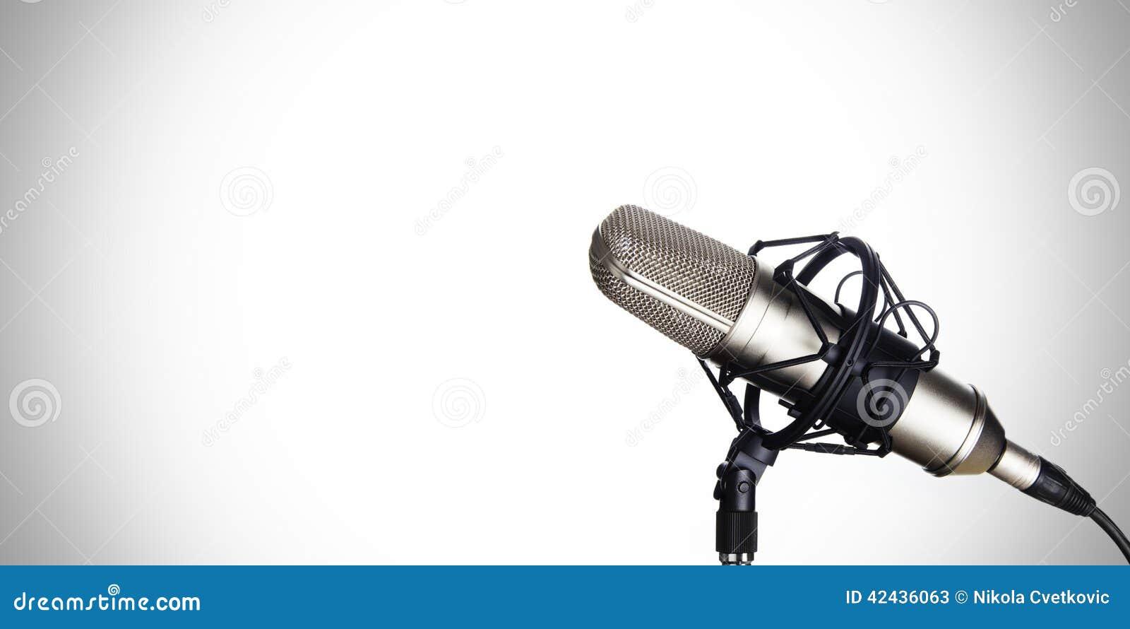 Micrófono dinámico en un fondo blanco