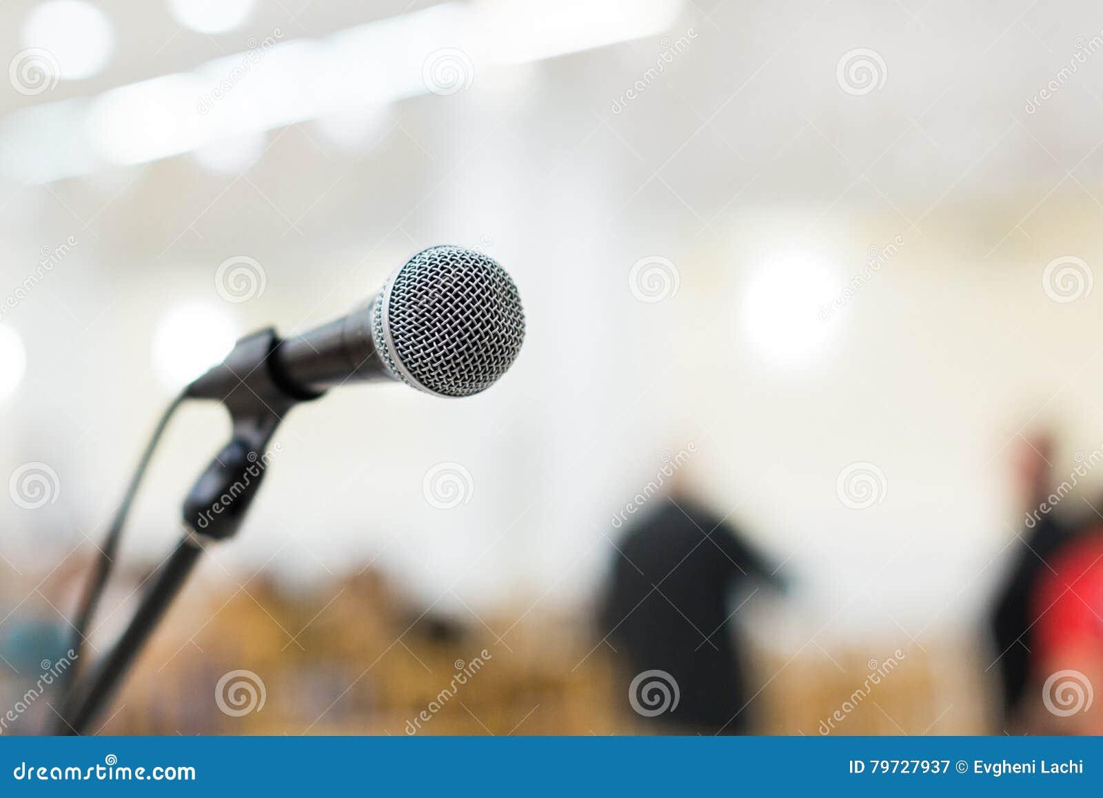 Micrófono en etapa en el concierto