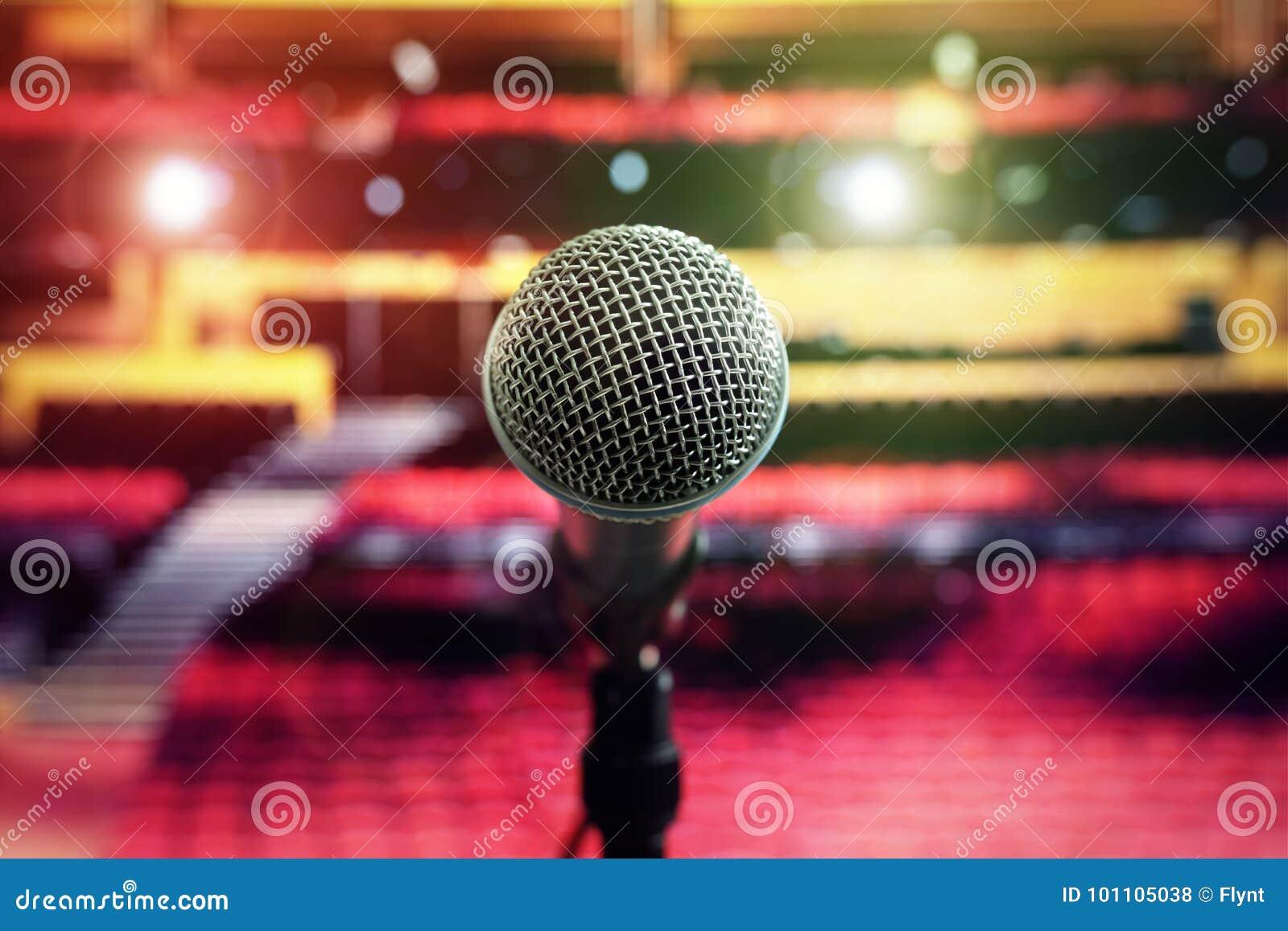 Micrófono en etapa en teatro de la sala de conciertos