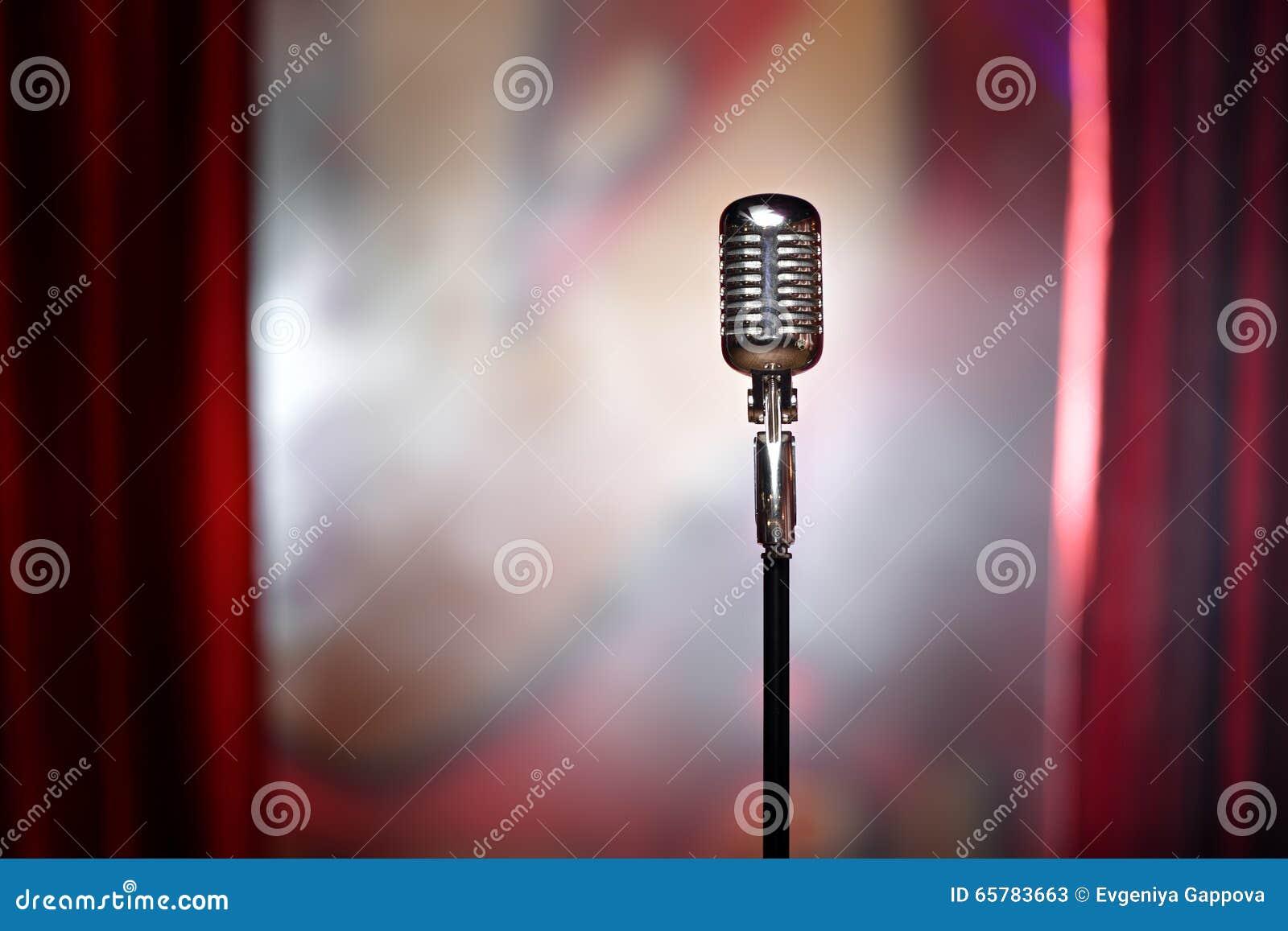 Microfono Retro Y Cortina Roja Imagen De Archivo Imagen De Cable