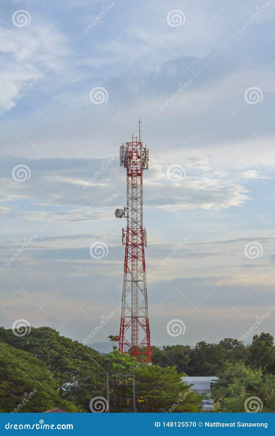 Micro-ondas da antena do telefone de Wi-Fi e sinal de Digitas an?logo da caixa de distribui??o da frequ?ncia da tev?