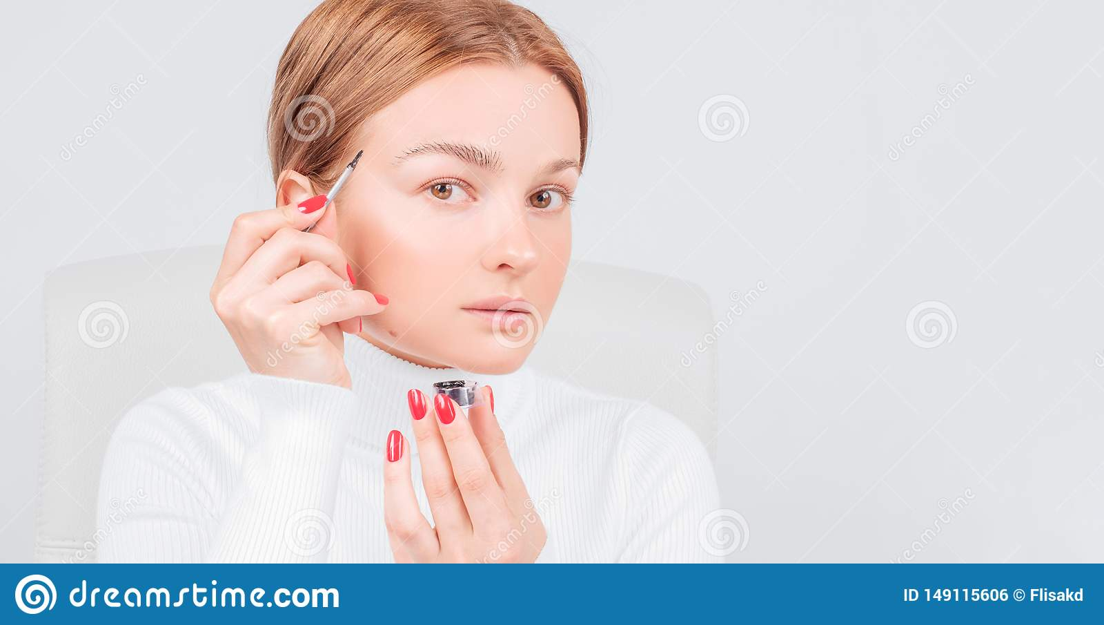 Microblading眼眉,妇女应用在眼眉的油漆无刺指甲花 专业眼眉关心,洗染和永久构成