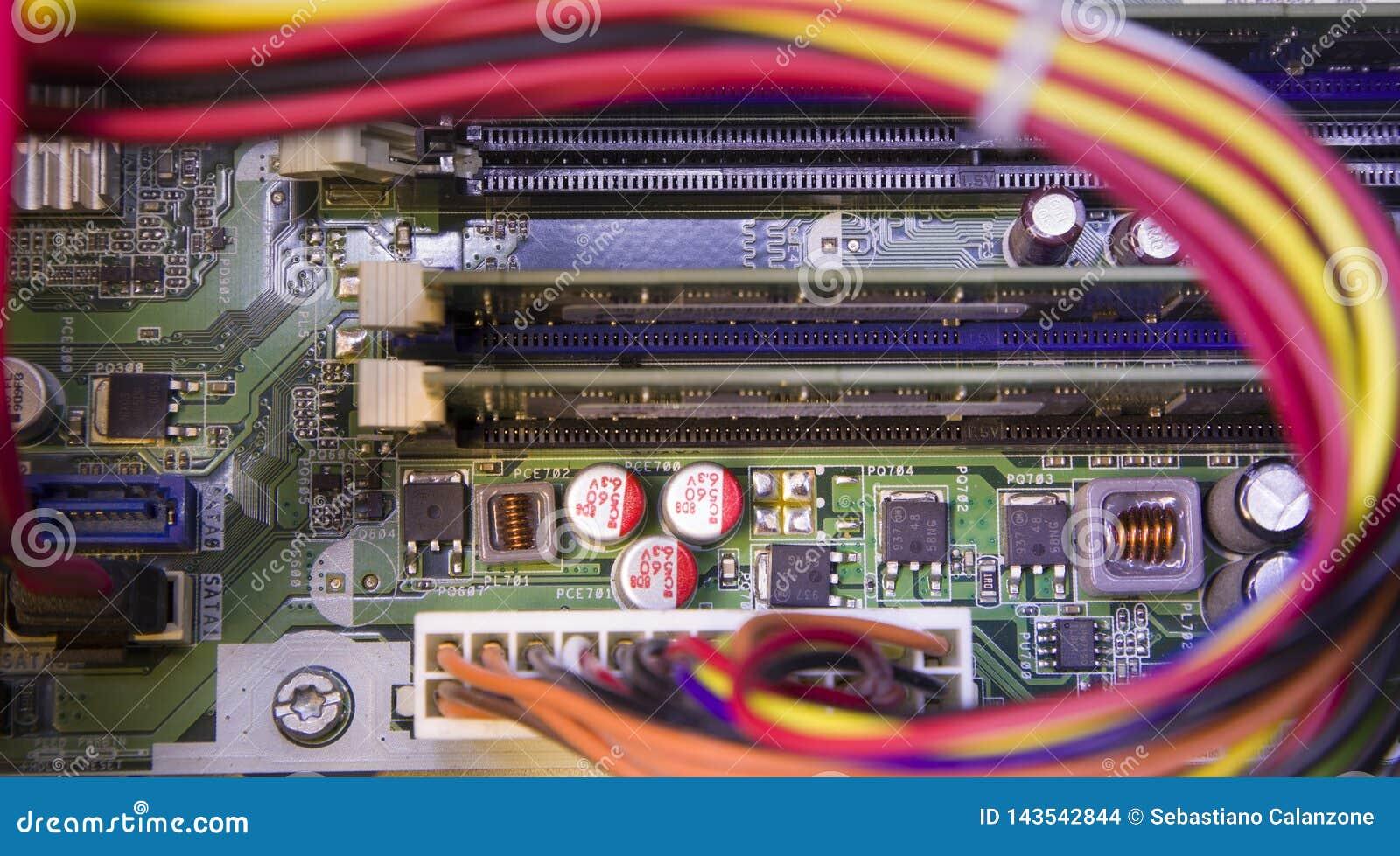 Microchip del circuito elettrico sulla scheda madre del computer
