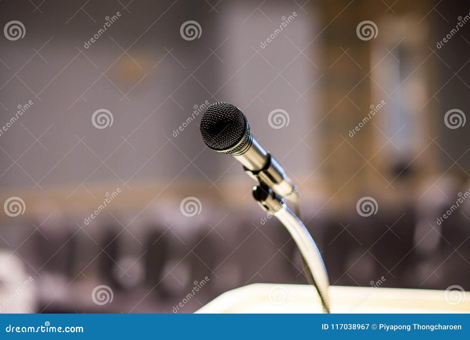 Microfone borrado sobre no fundo da sala ou da sala de conferências de seminário