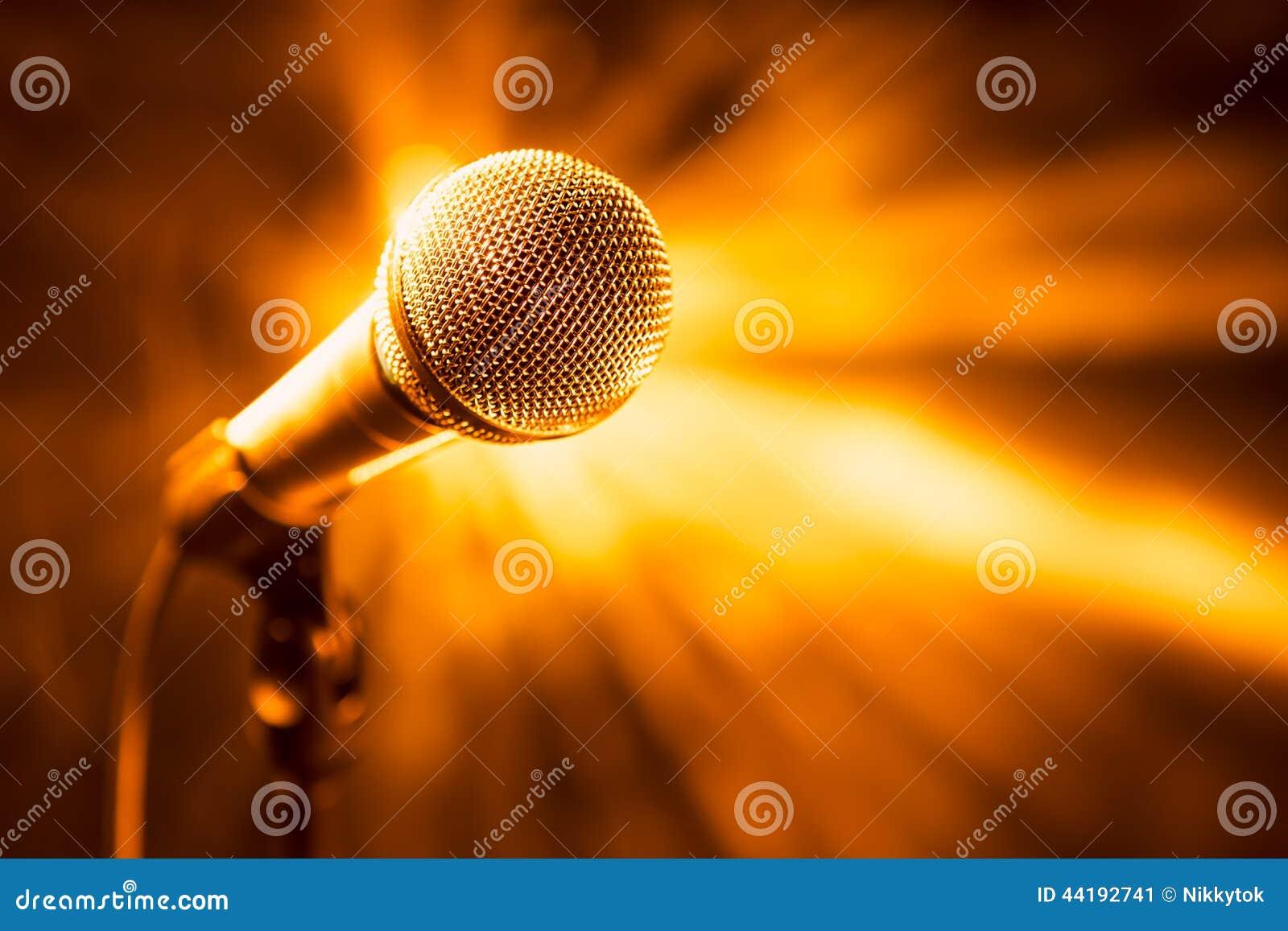 Microfone dourado na fase