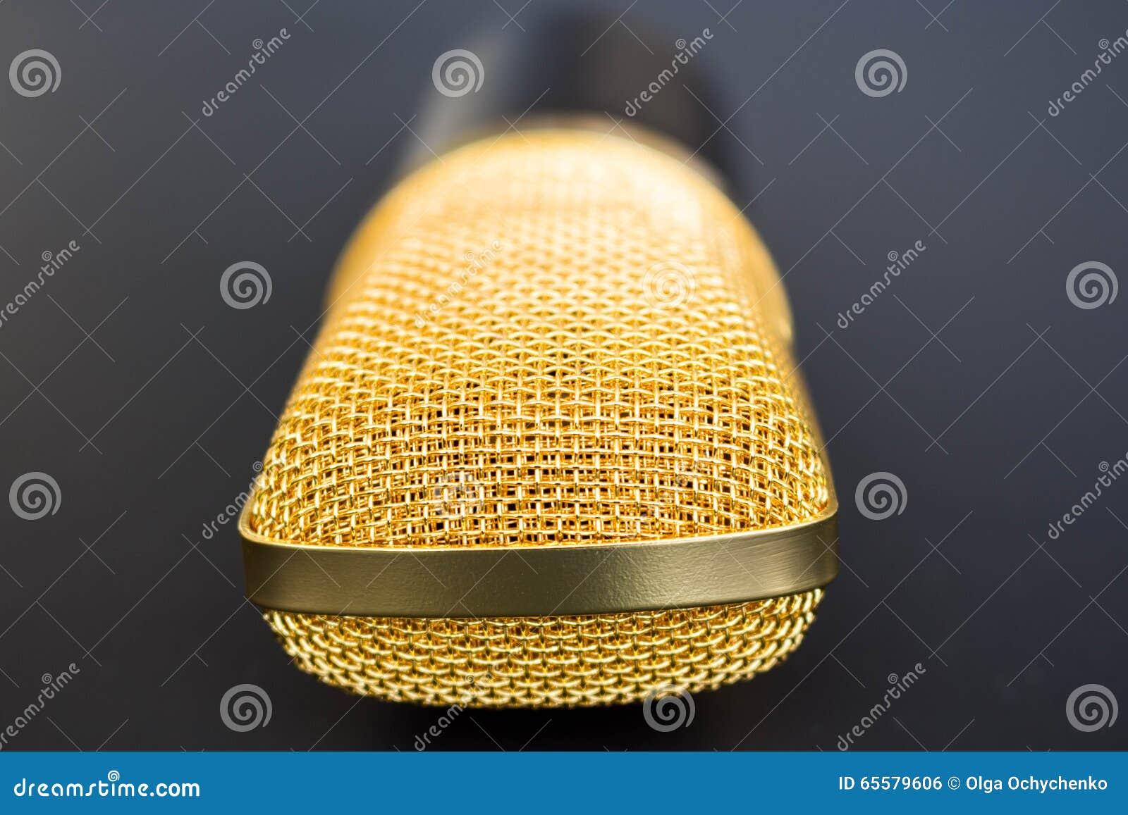 Microfone dourado no preto