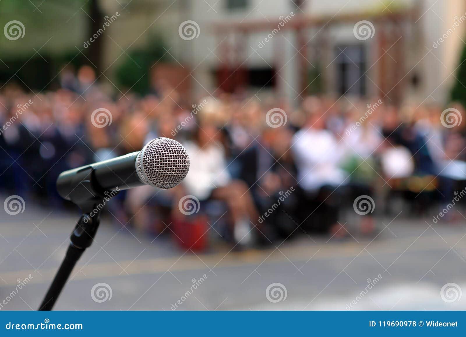 Microfone e suporte na frente audiência AG da cerimônia de graduação